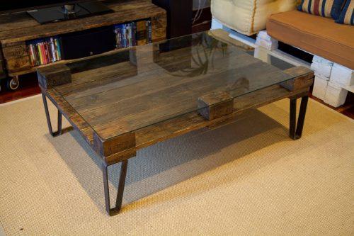 detalle superior de la mesa hecha con palets y patas de hierro