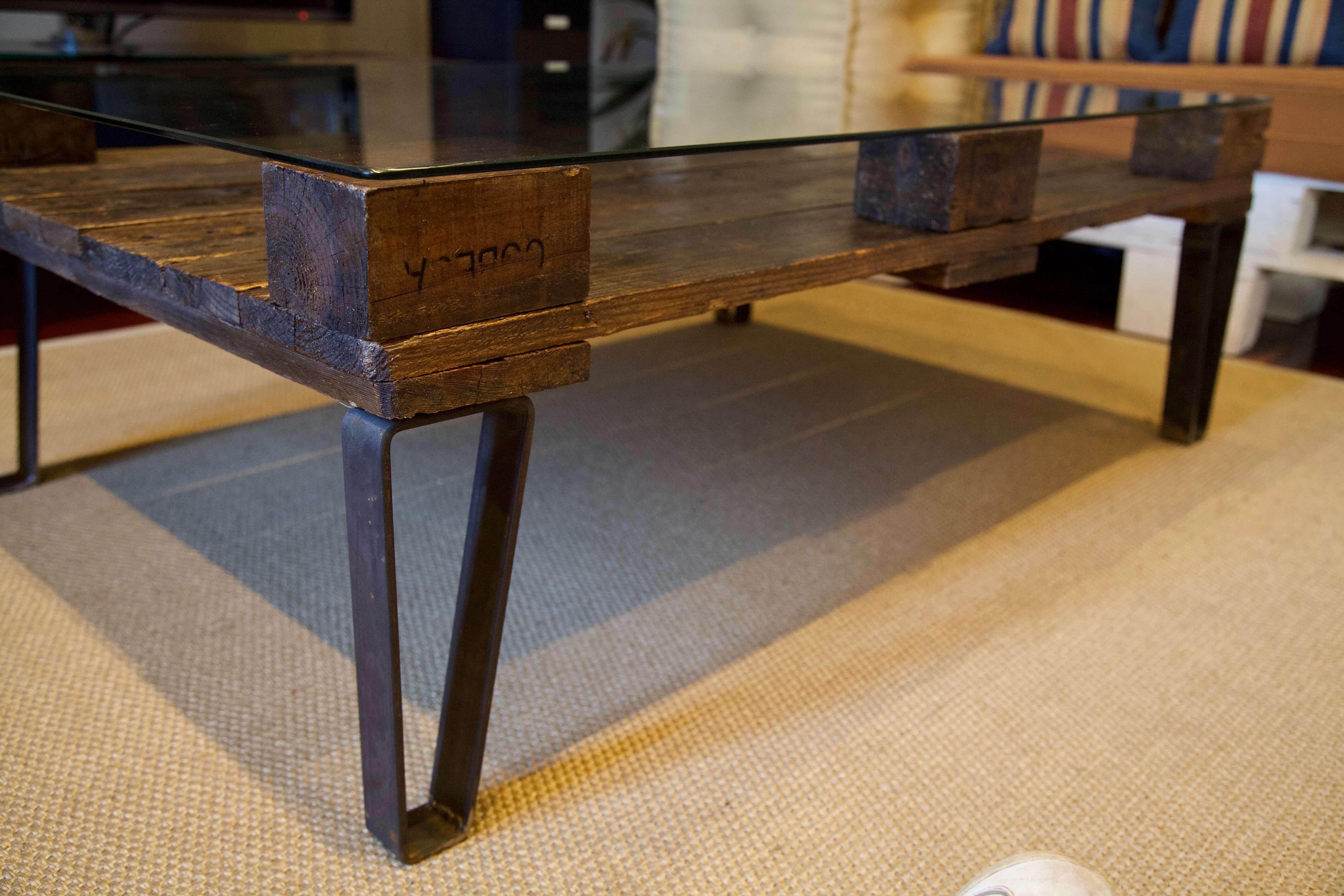 detalle pata de la mesa hecha con palets y patas de hierro