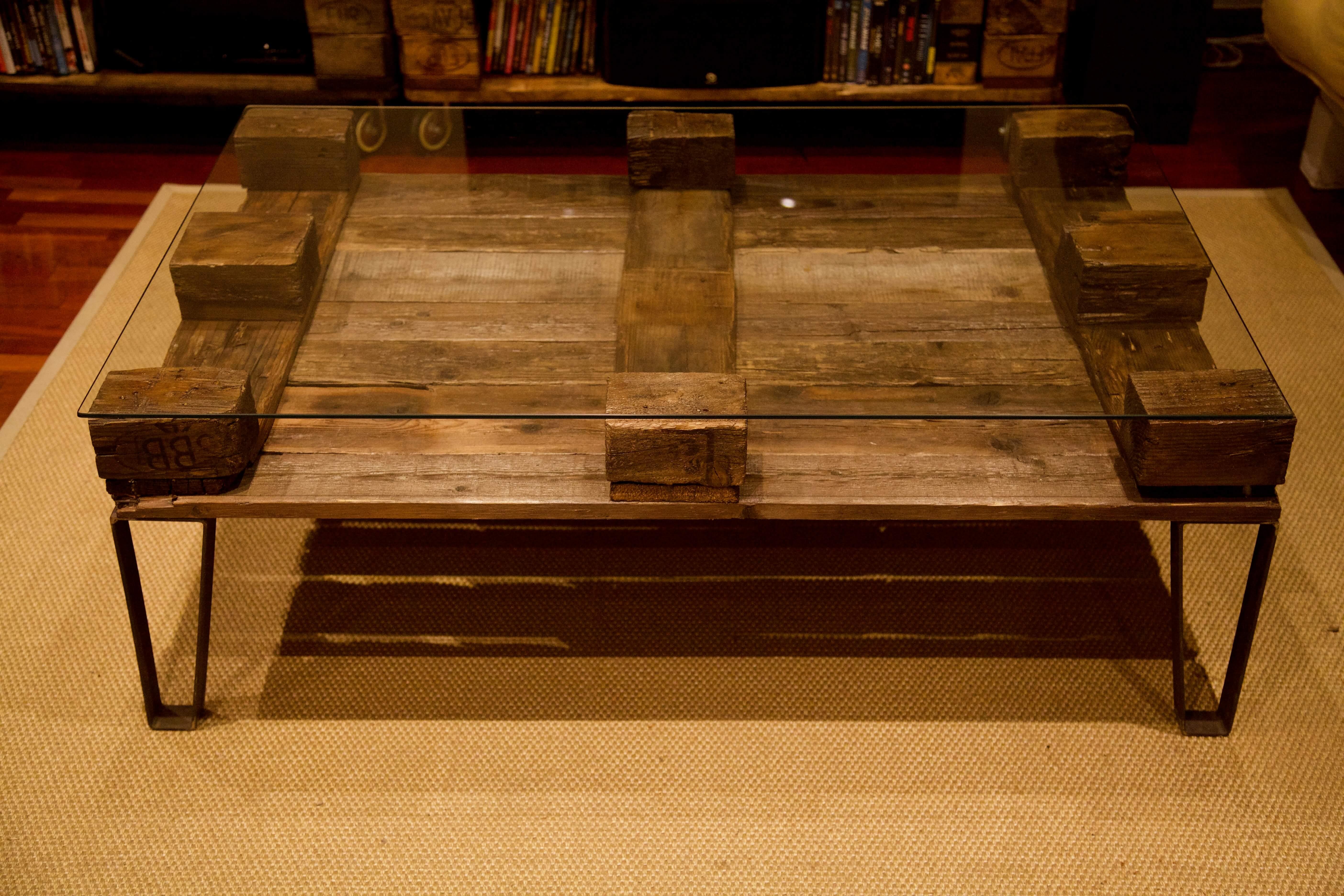 detalle lateral de la mesa hecha con palets y patas de hierro