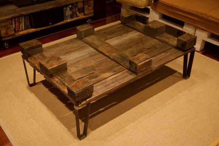 detalle lateral superior de la mesa hecha con palets y patas de hierro