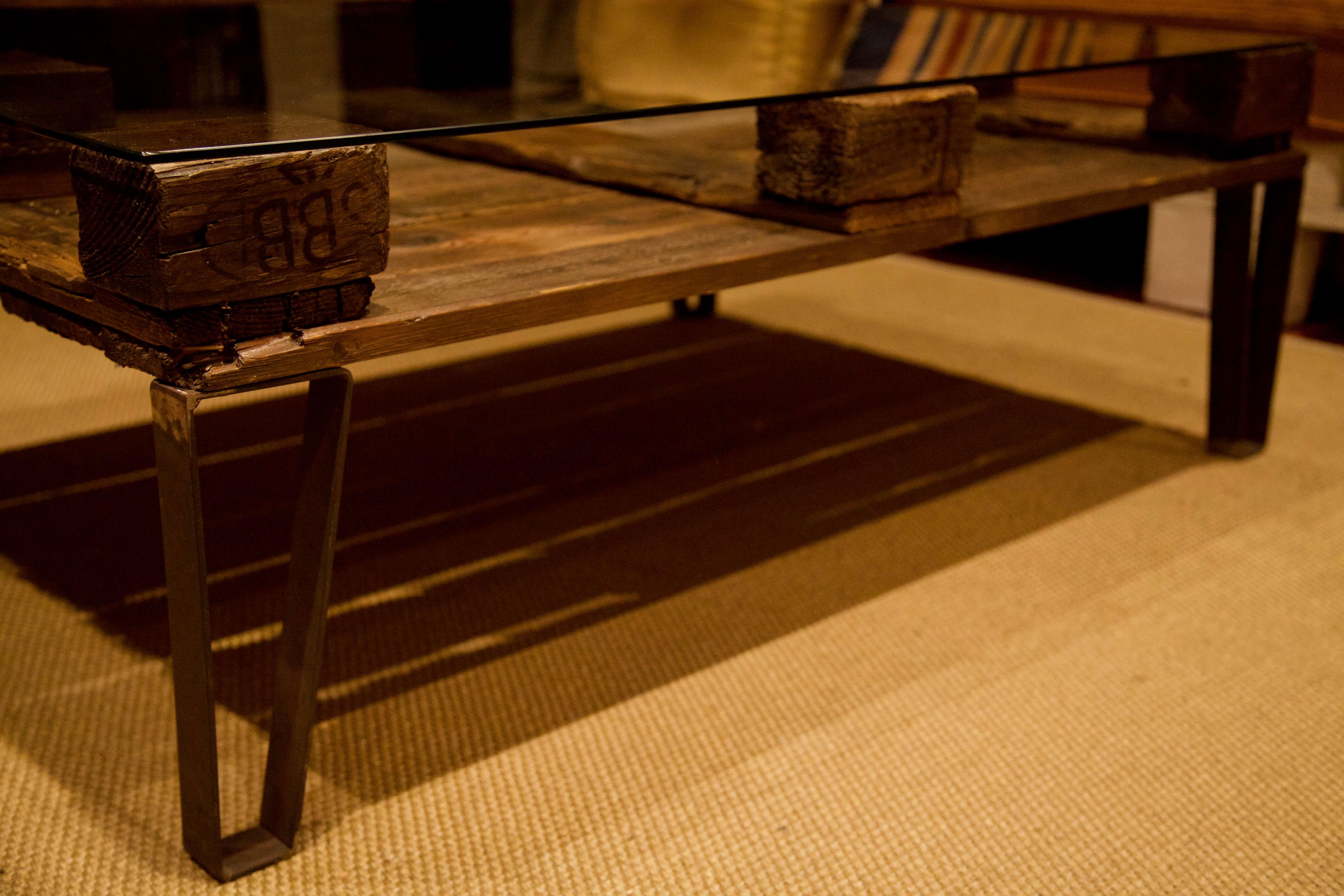 detalle inferior de la mesa hecha con palets y patas de hierro