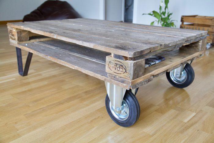 detalle lateral derecho la mesa hecha con palets y ruedas