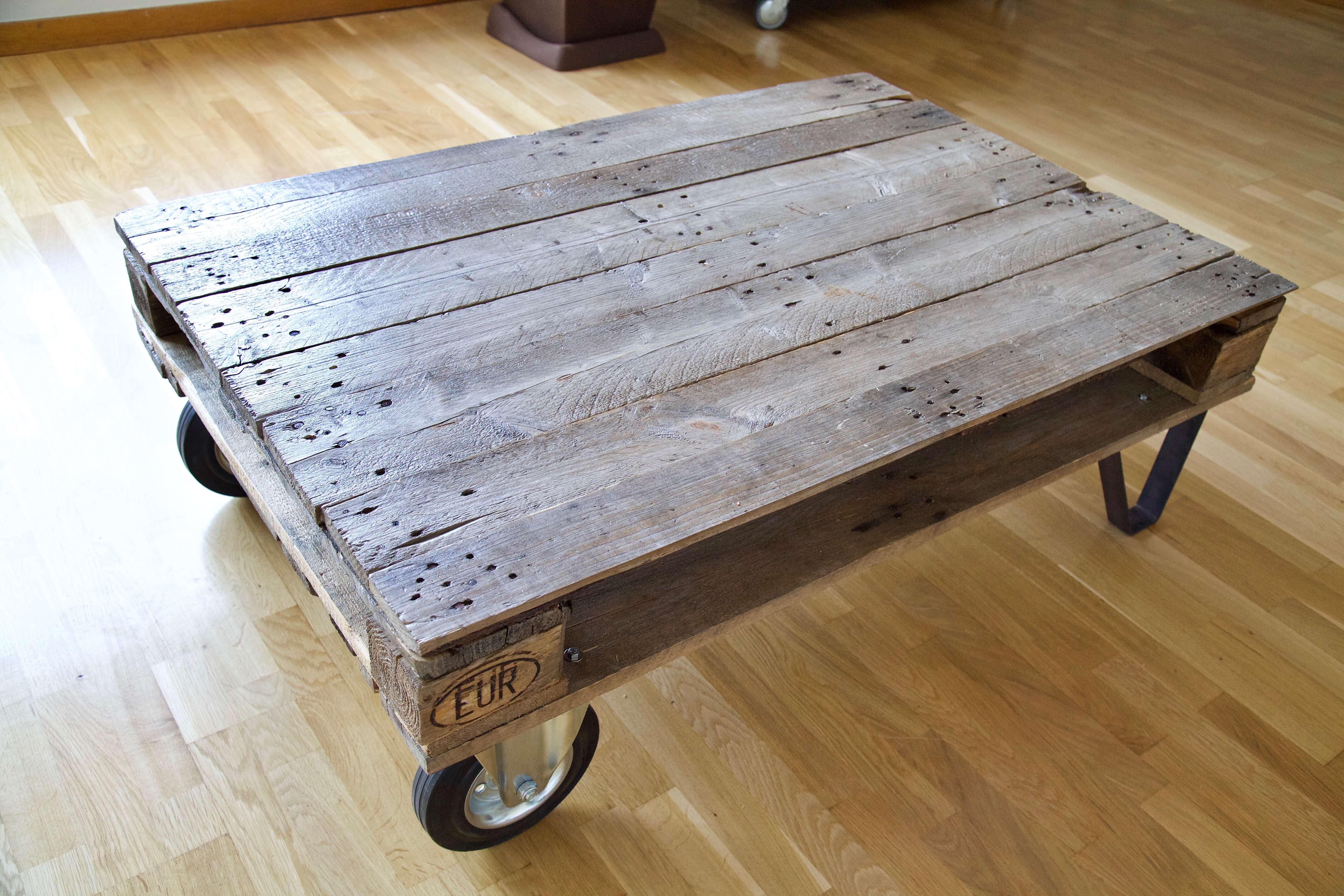 detalle superior la mesa hecha con palets y ruedas