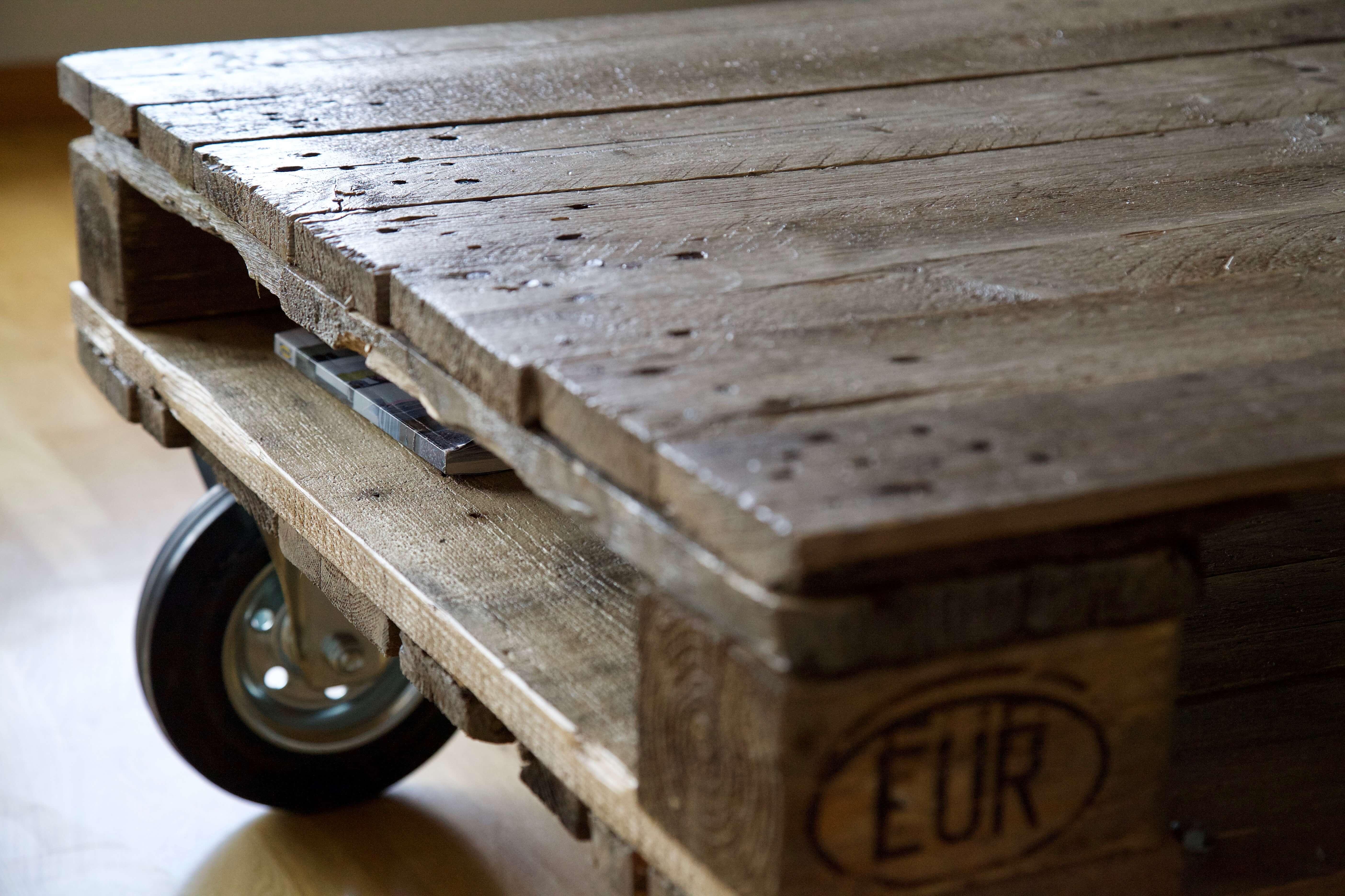 detalle de la mesa hecha con palets y ruedas