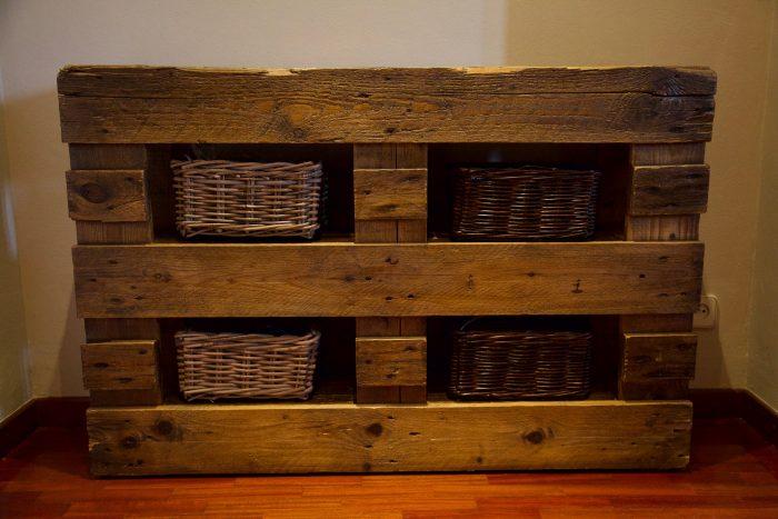 detalle frontal inferior mueble recibidor hecho con palets