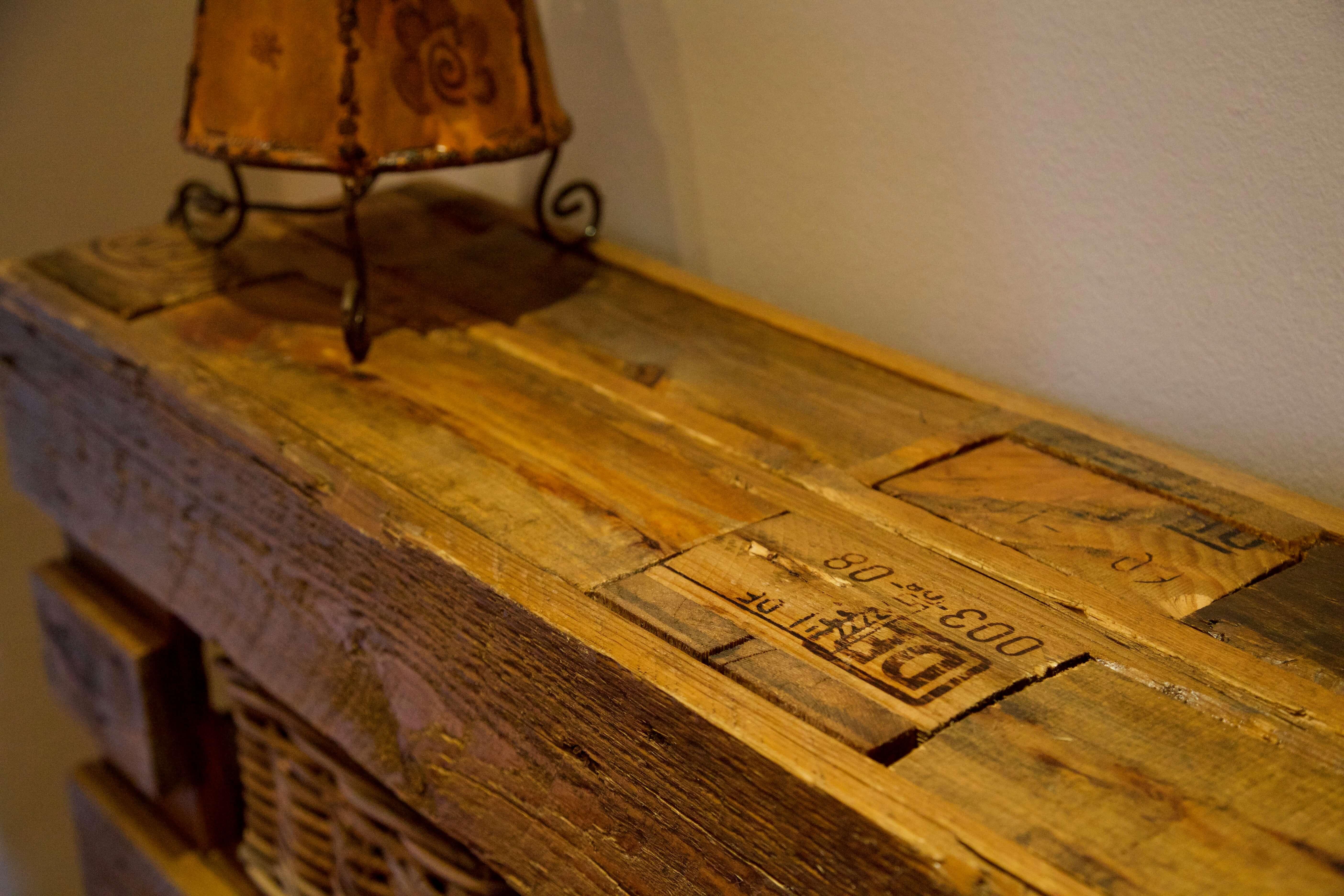 detalle superior mueble recibidor hecho con palets