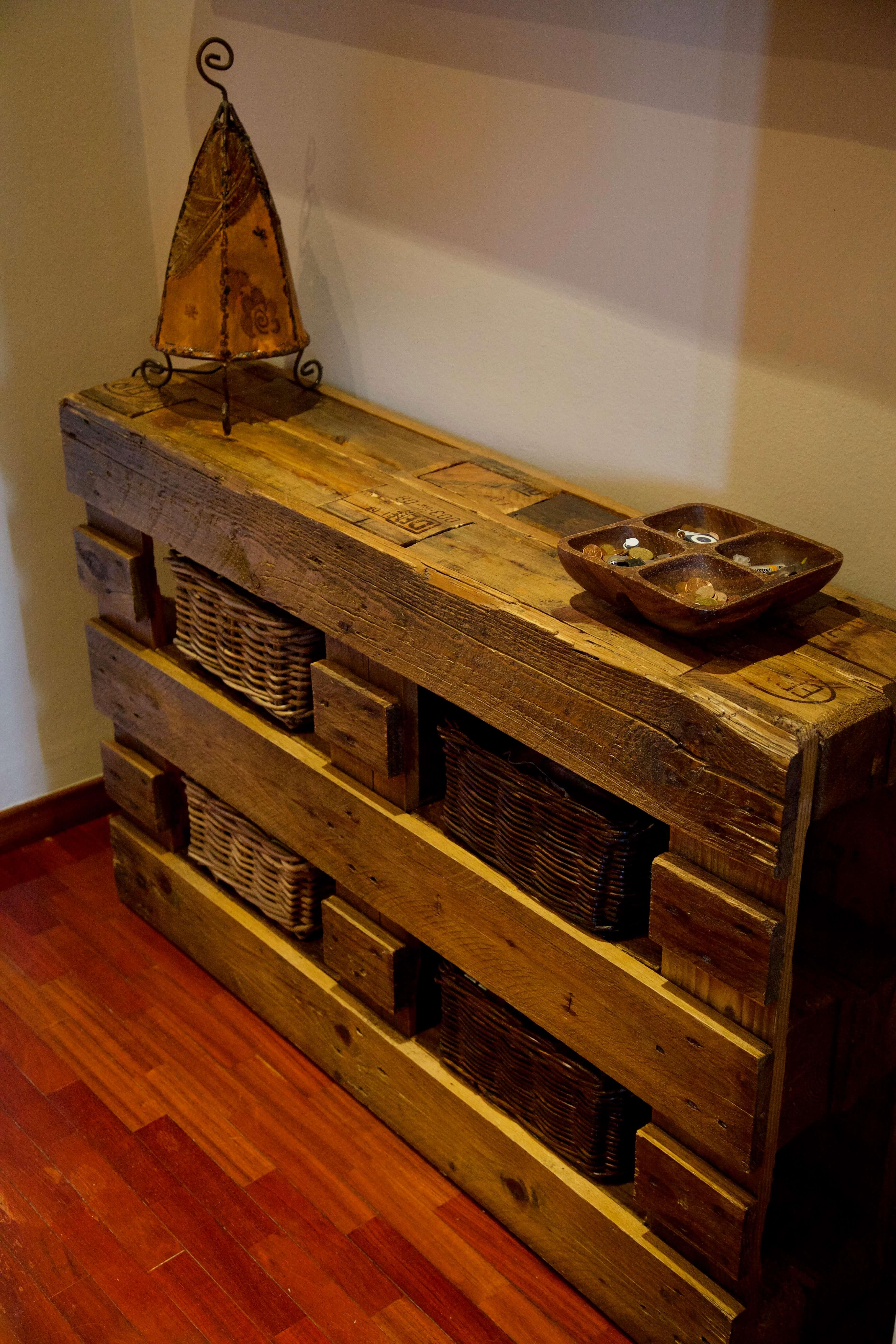 detalle derecho mueble recibidor hecho con palets