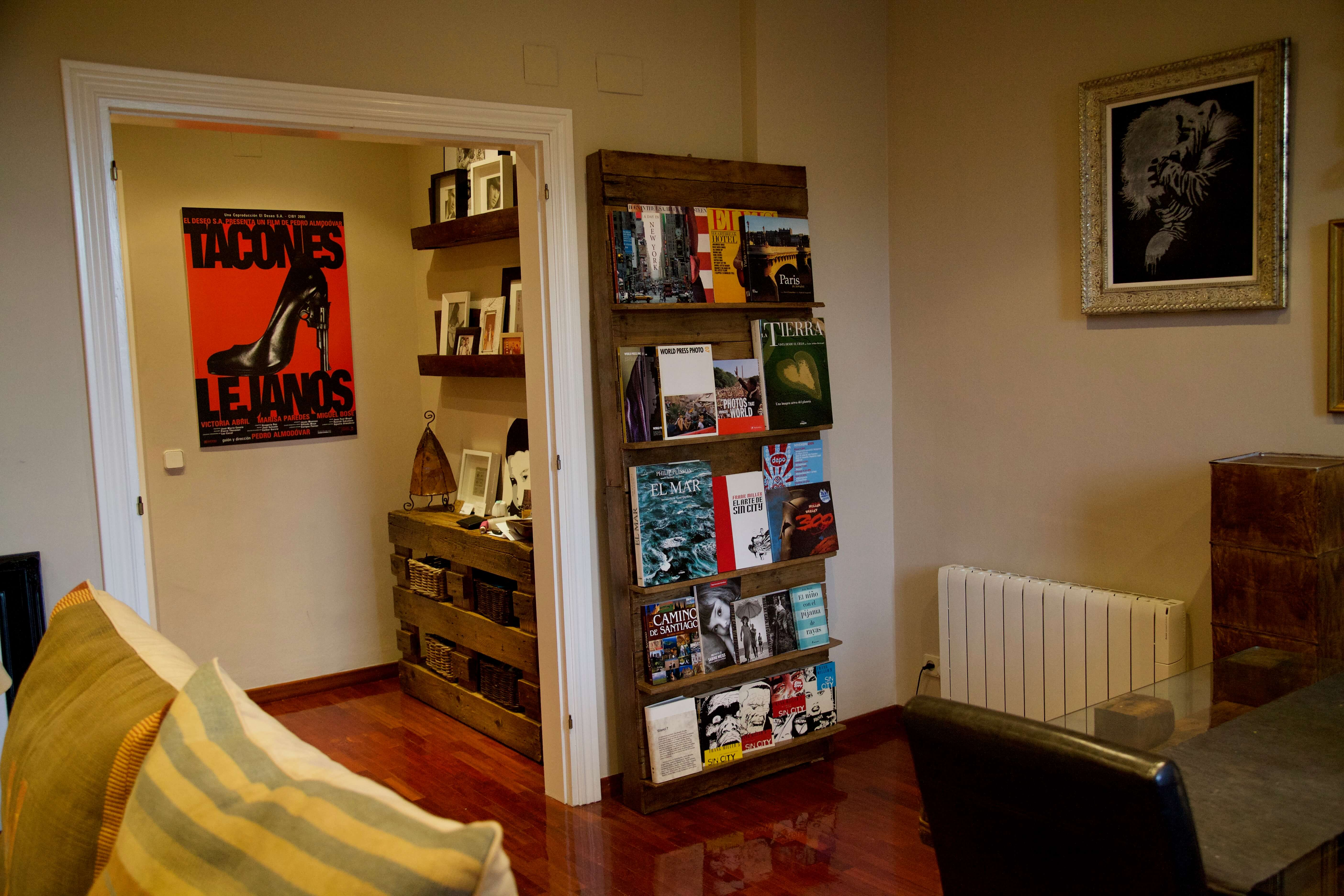 detalle lejano de la libreria expositor hecha con palets