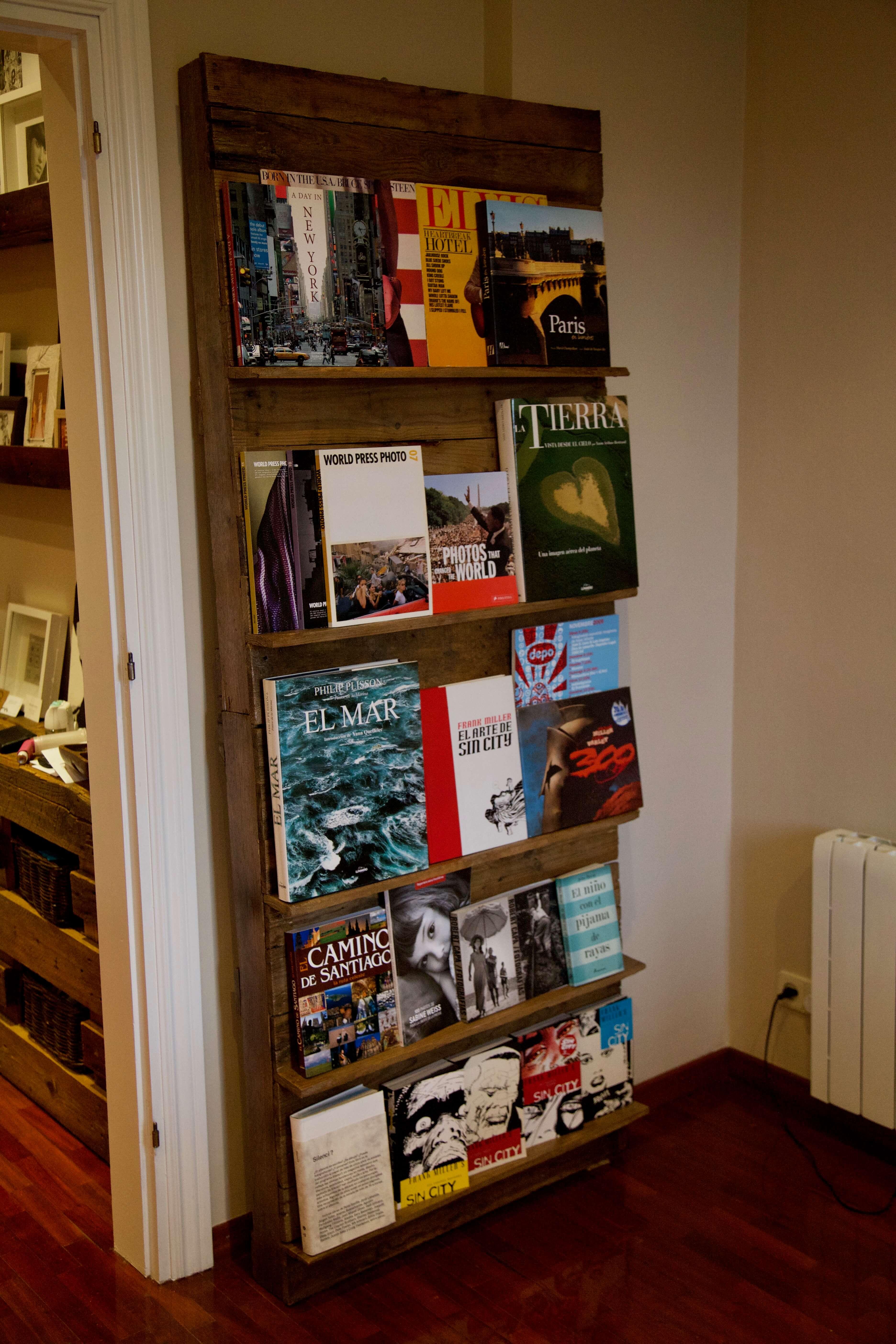 detalle lateral izquierda de la libreria expositor hecha con palets