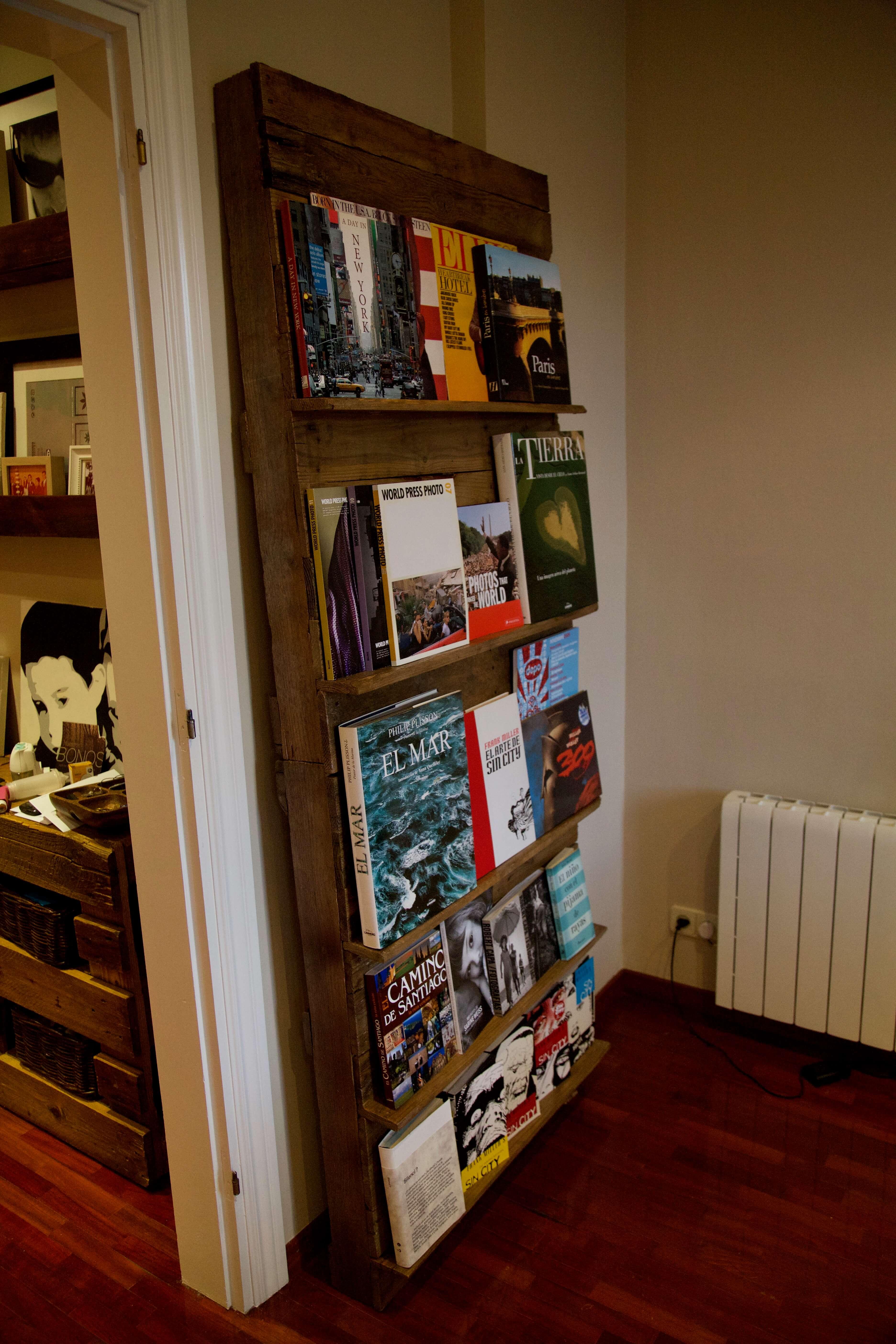 detalle lateral de la libreria expositor hecha con palets