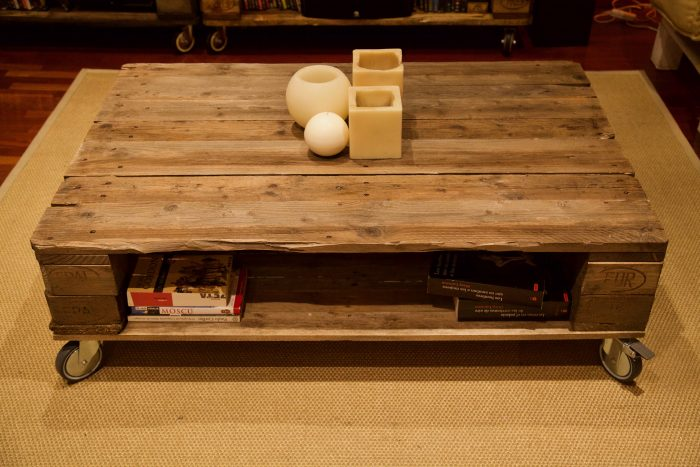 detalle lateral de la mesa hecha con palets y ruedas