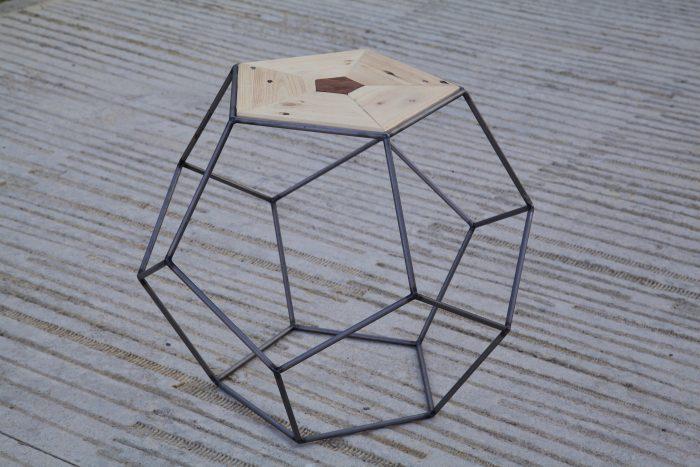 detalle superior de la mesa pentagonal hecha con palets