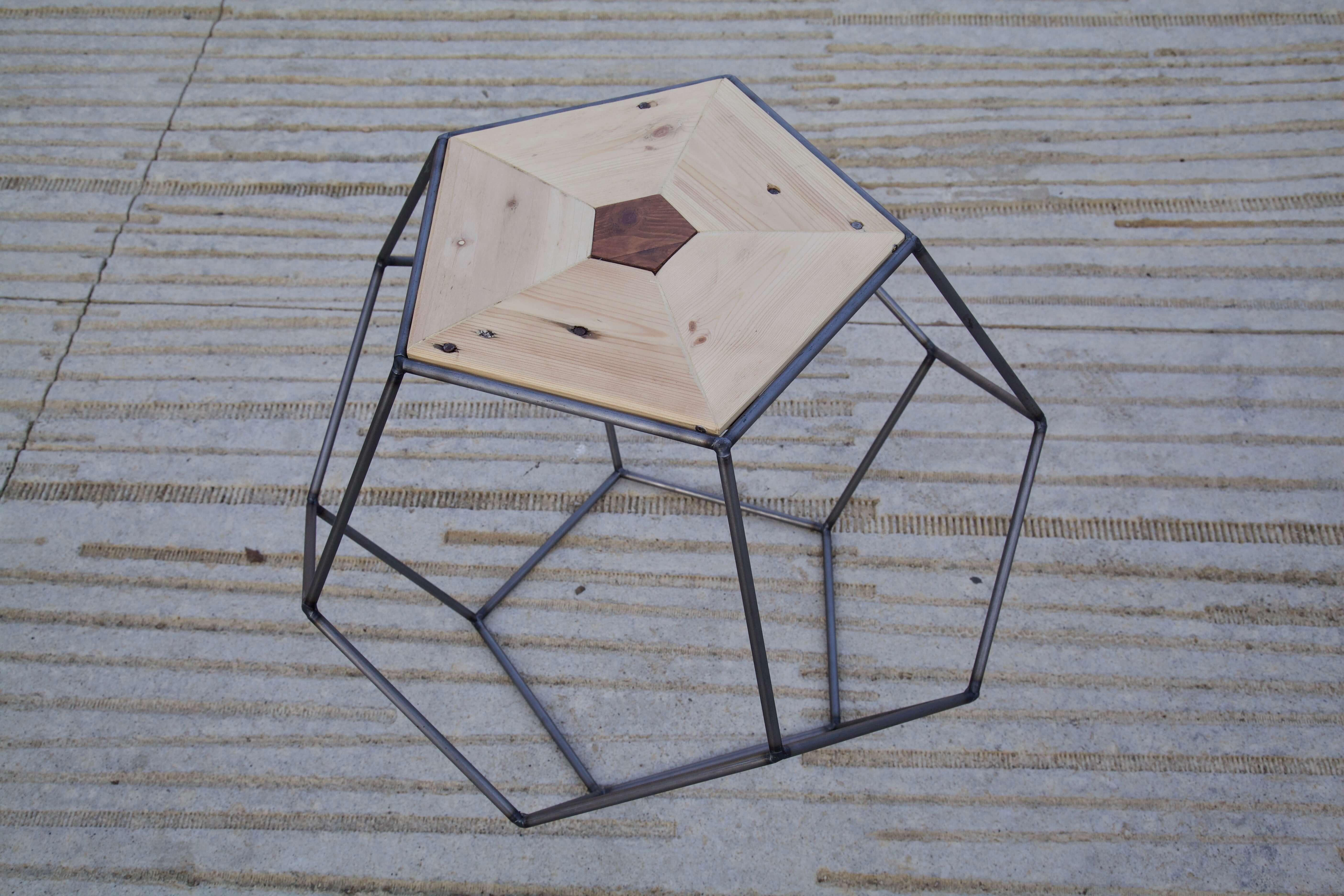 detalle superior derecha de la mesa pentagonal hecha con palets
