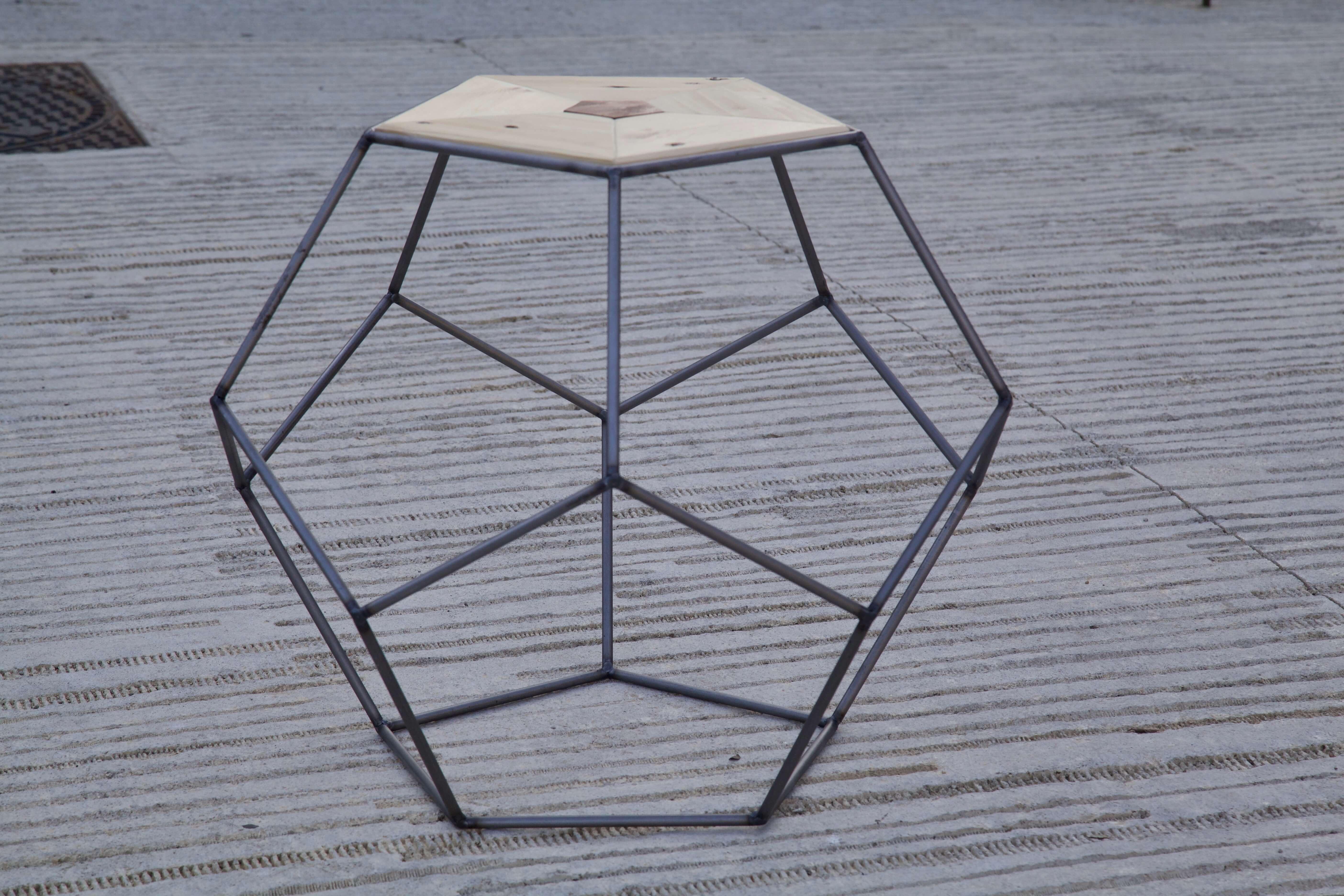 detalle lateral horizontal de la mesa pentagonal hecha con palets