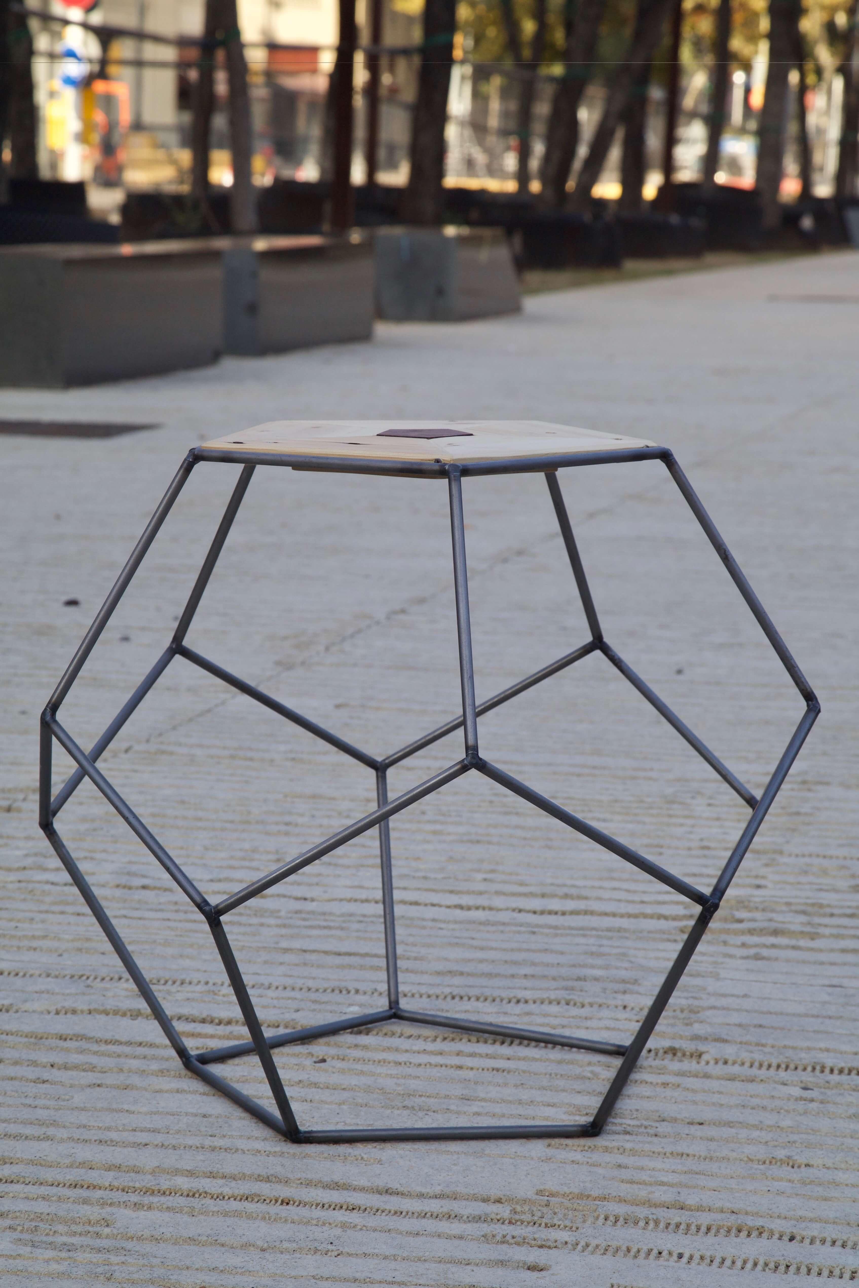 detalle horizontal de la mesa pentagonal hecha con palets