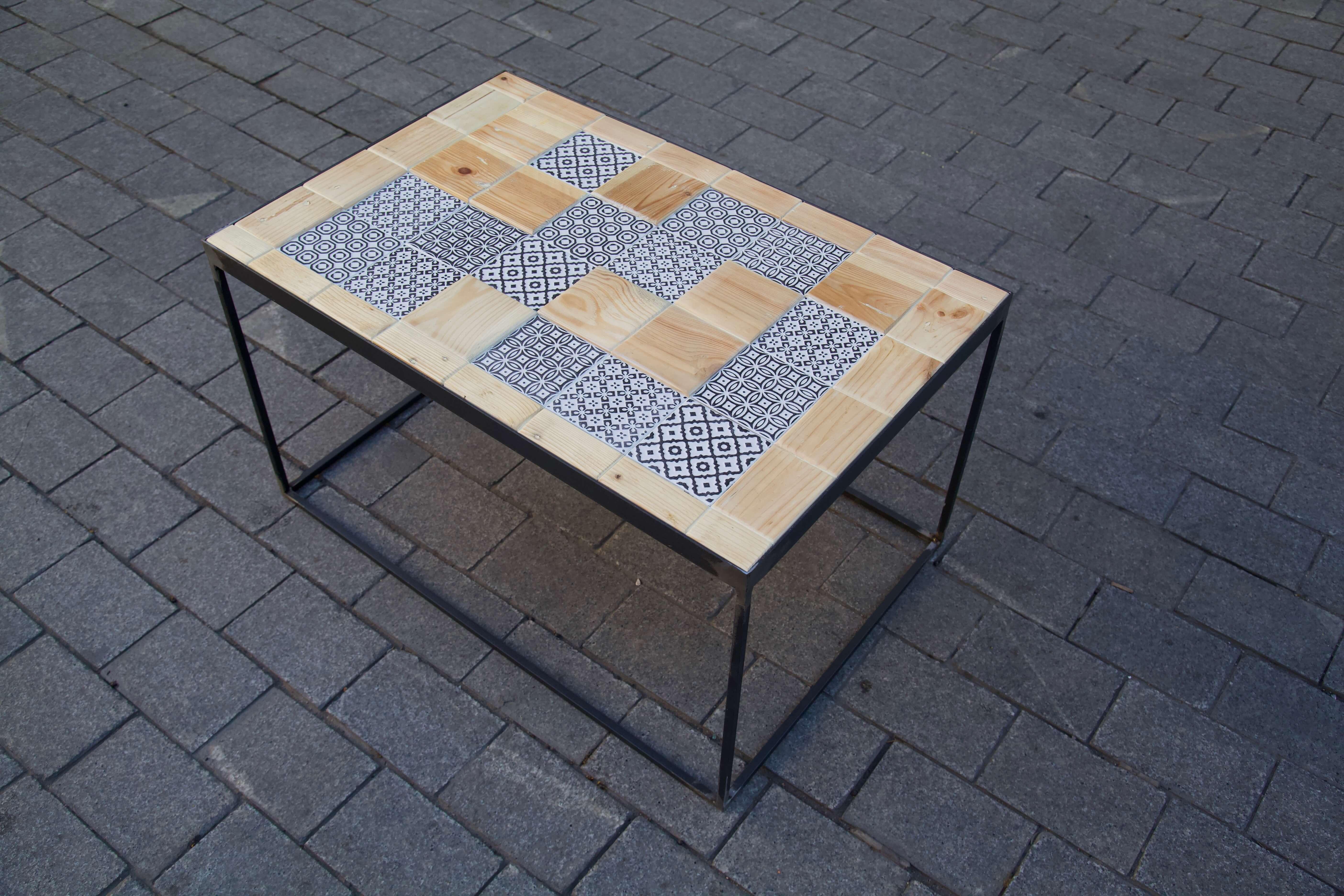 detalle superior derecha mesa hecha con baldosas pequeñas