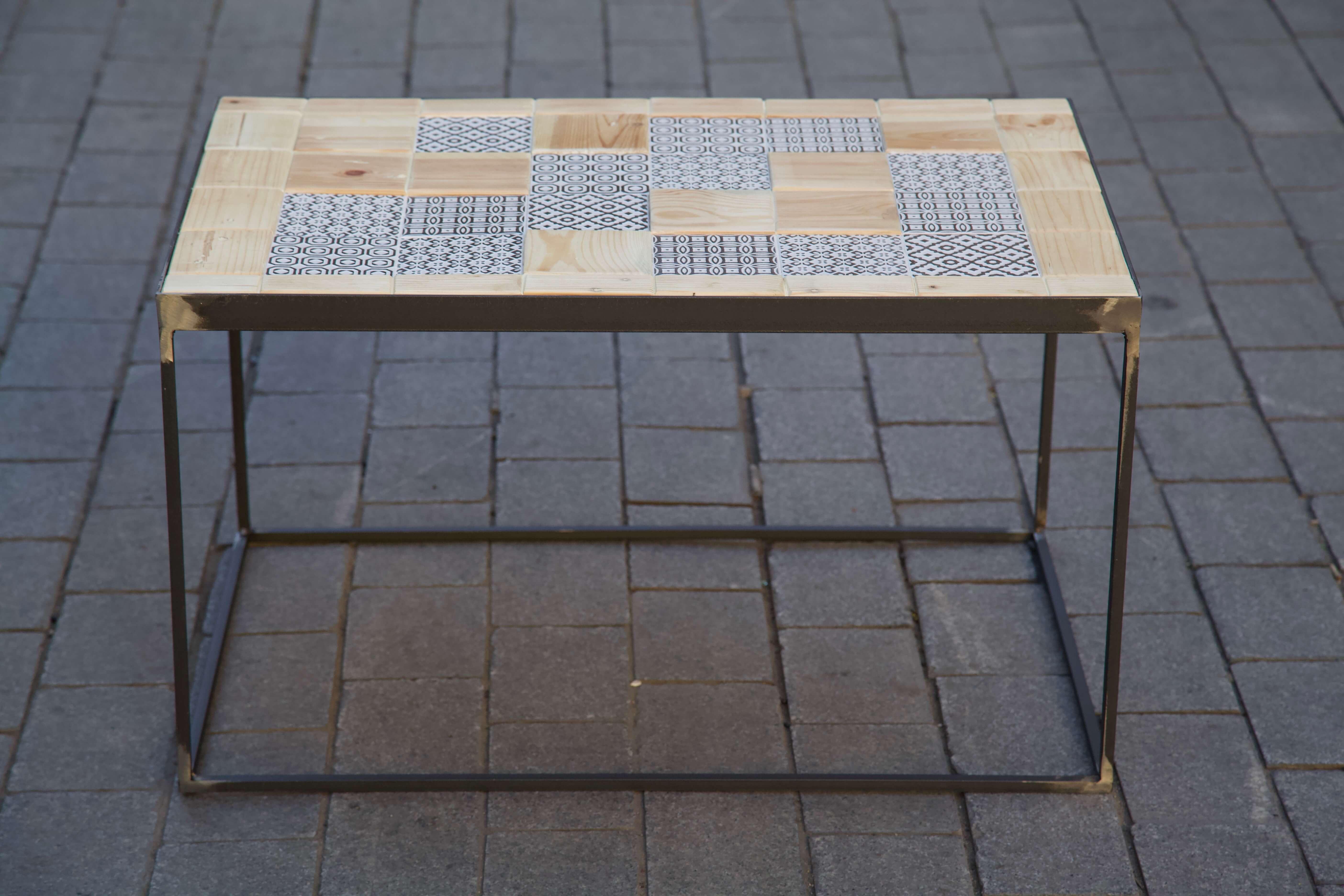 detalle lateral mesa hecha con baldosas pequeñas