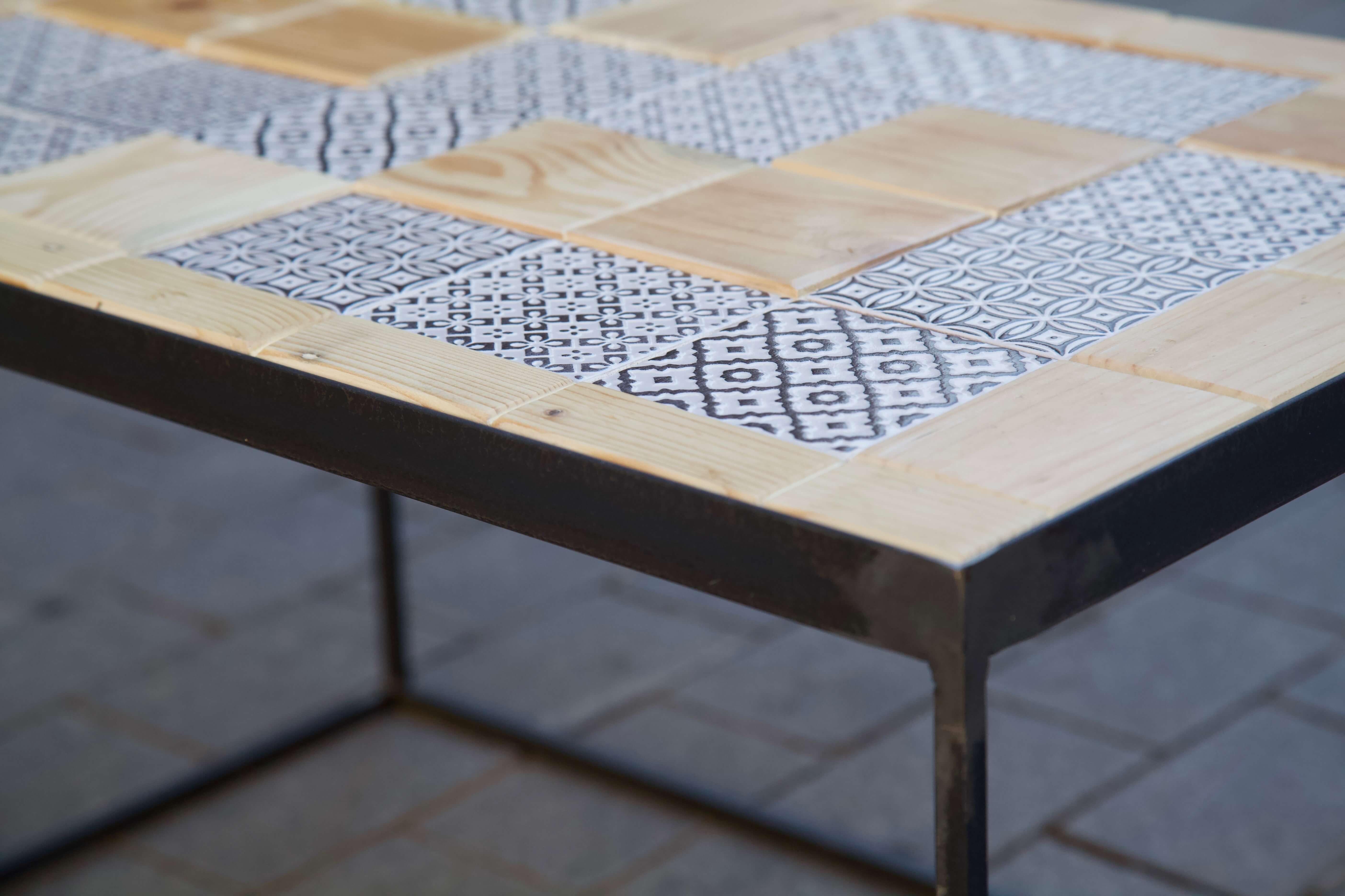detalle esquina mesa hecha con baldosas pequeñas