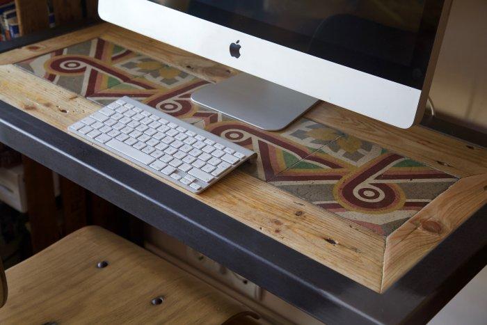 detalle escritorio hecho con baldosas