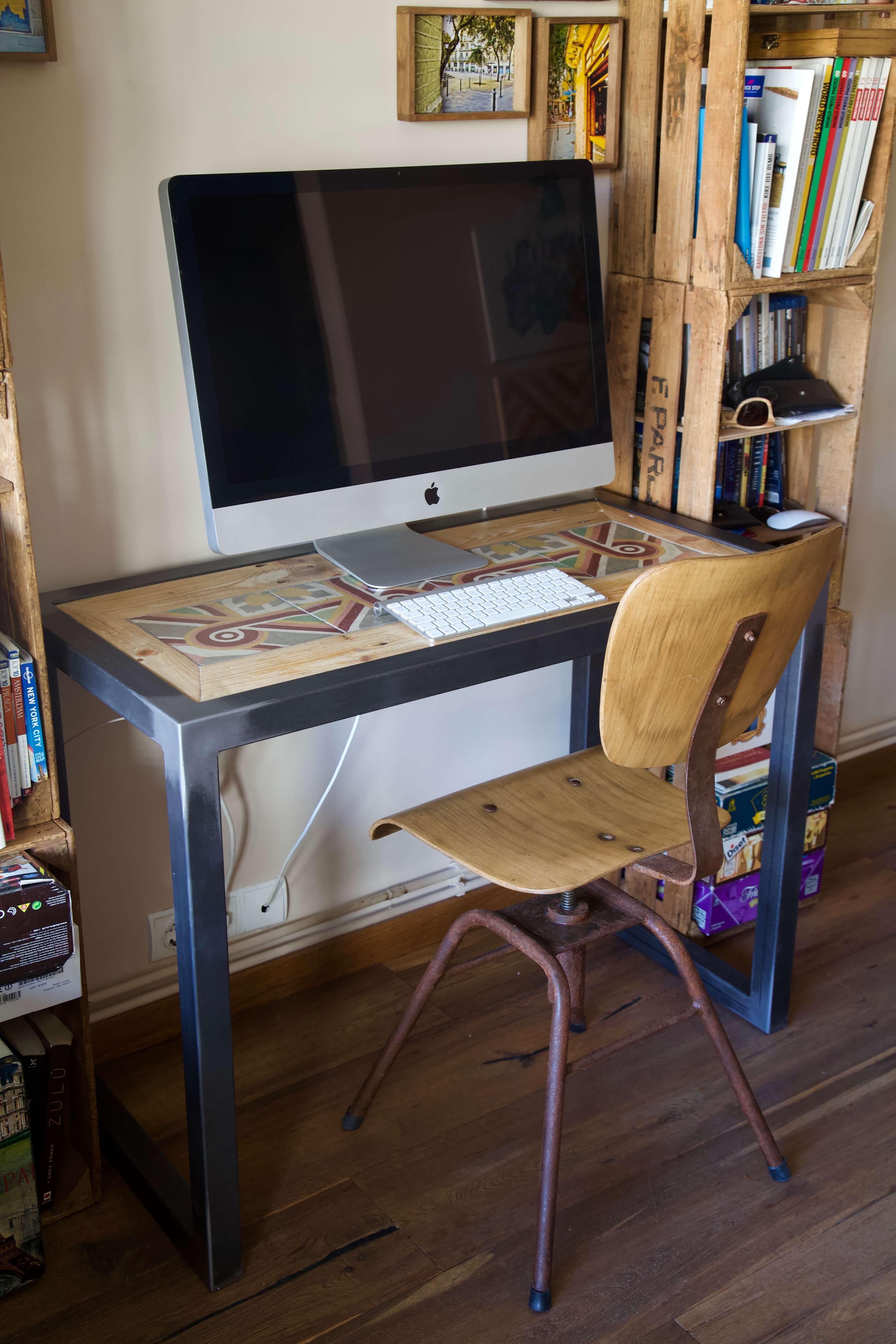 detalle completo escritorio hecho con baldosas