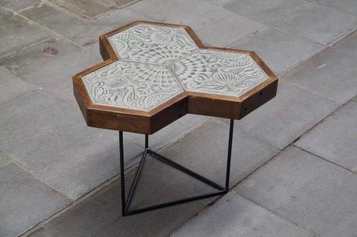 detalle de la mesa hecha con baldosas