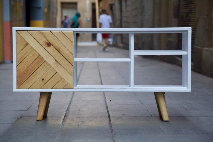 Mueble hecho con palets y madera reciclada de frente