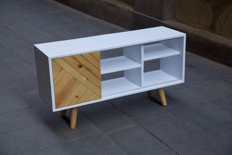 Mueble hecho con palets y madera reciclada desde arriba izquierda