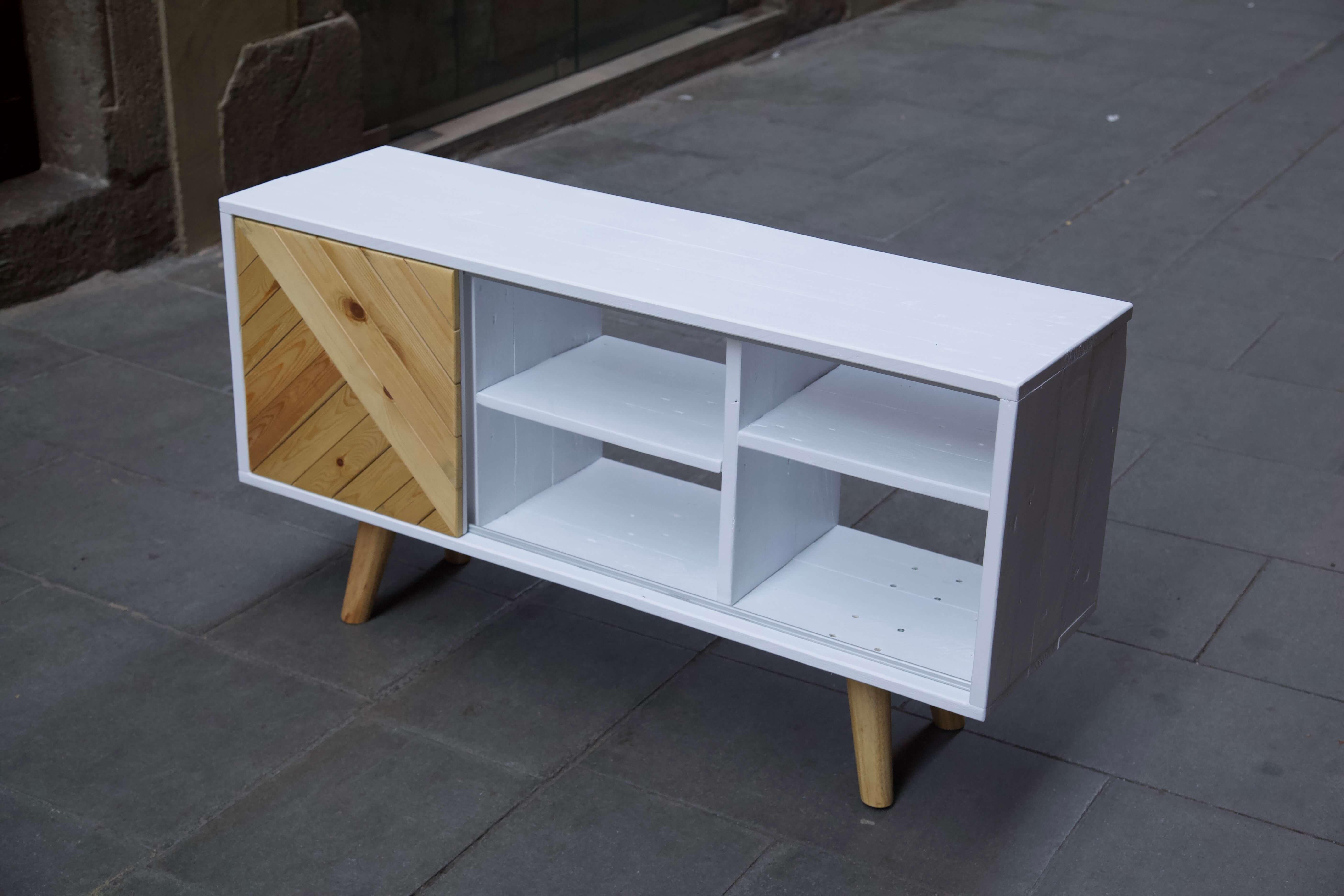 Mueble hecho con palets y madera reciclada desde arriba derecha