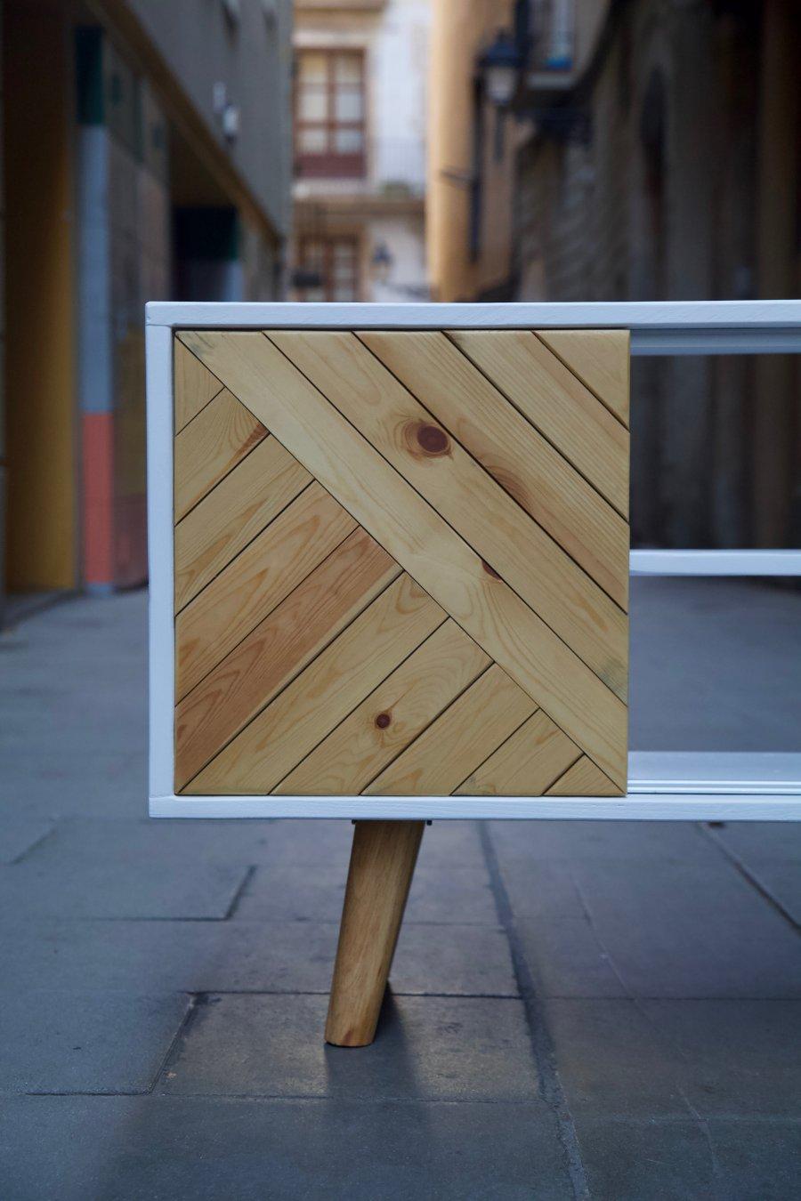 Puerta corredera del mueble hecho con palets y madera reciclada