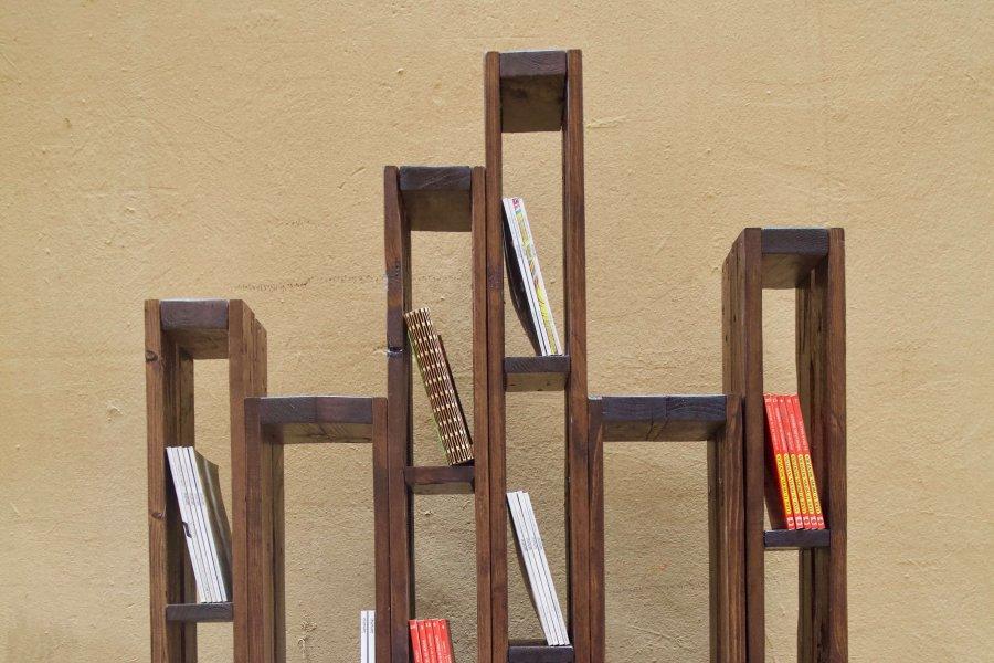 detalle superior de la libreria hecha con palets