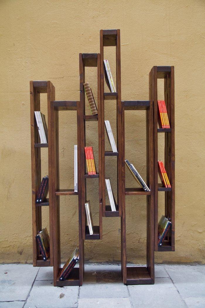detalle frontal con libros de la libreria hecha con palets