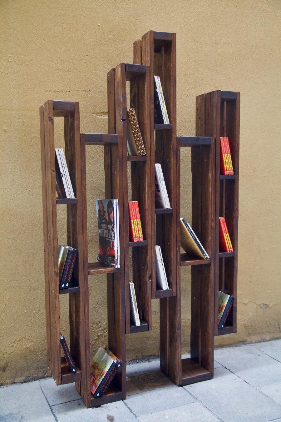 detalle lateral izquierdo de la libreria hecha con palets