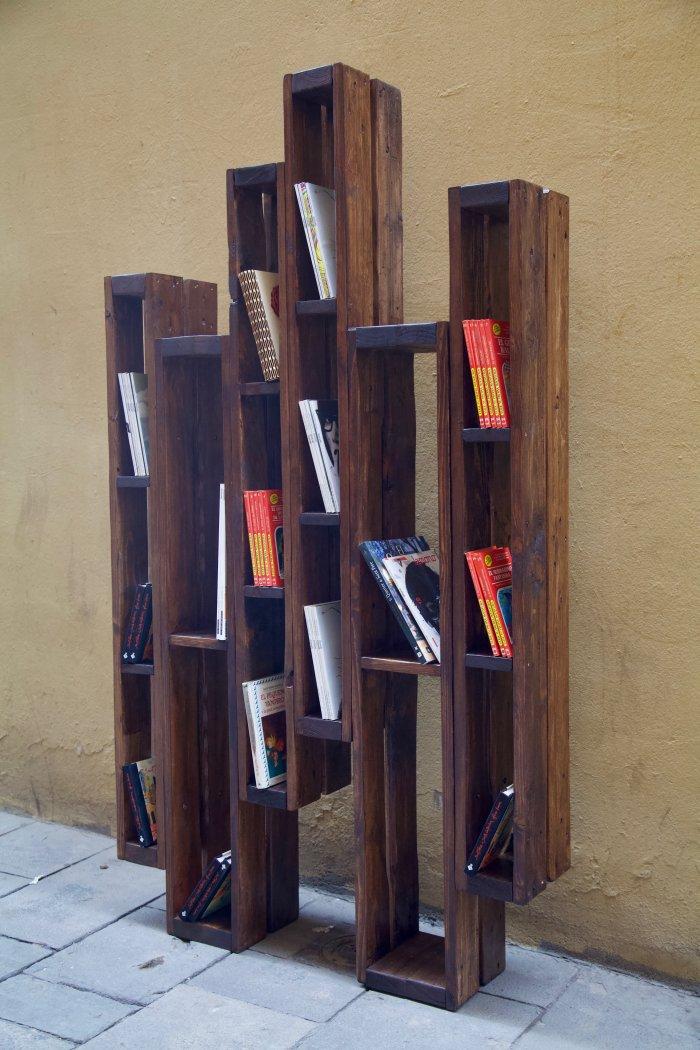 detalle lateral derecho de la libreria hecha con palets