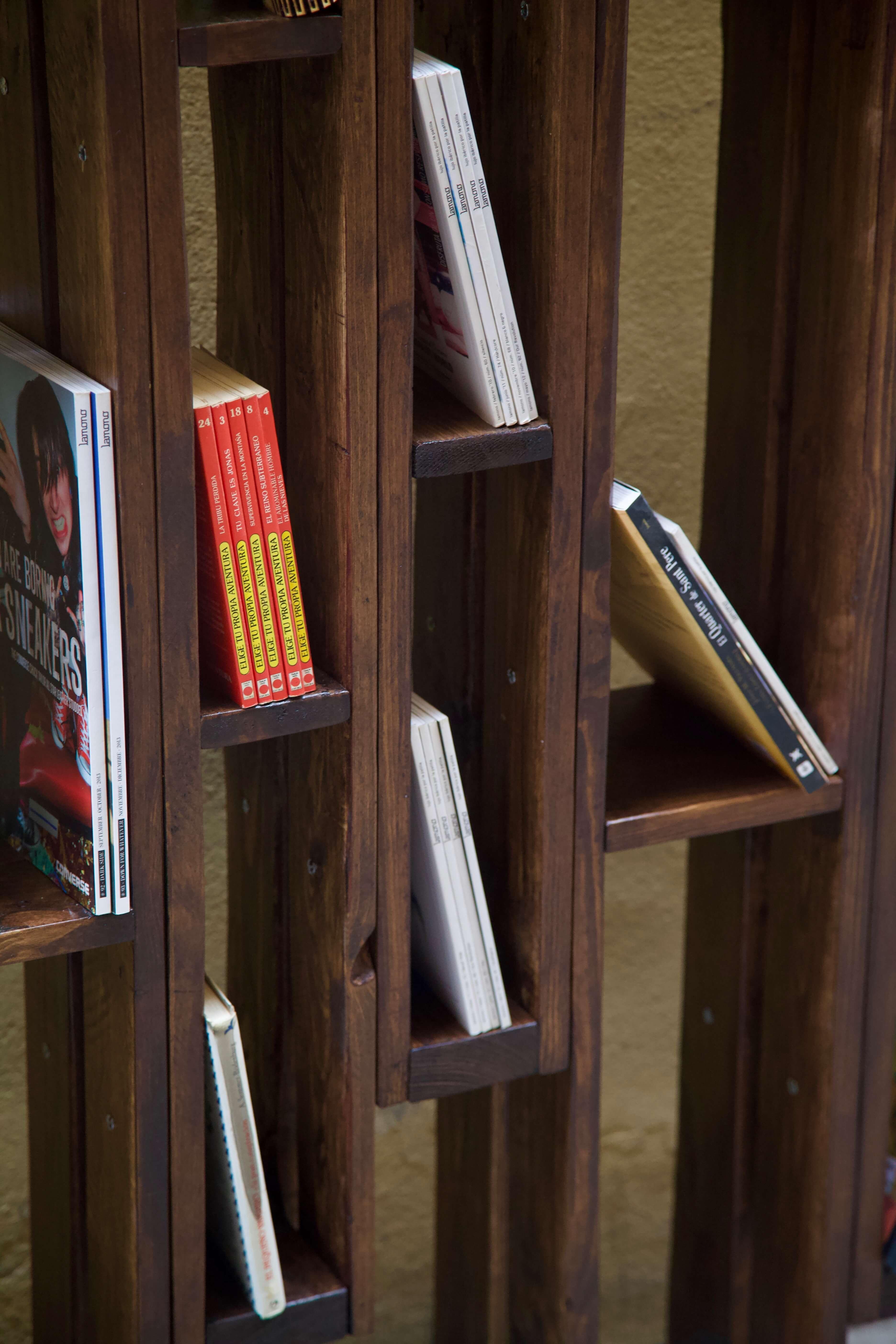 detalle de la libreria hecha con palets