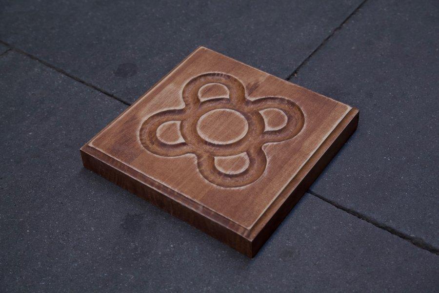 Panot flor de Barcelona en detalle en el suelo en roble claro