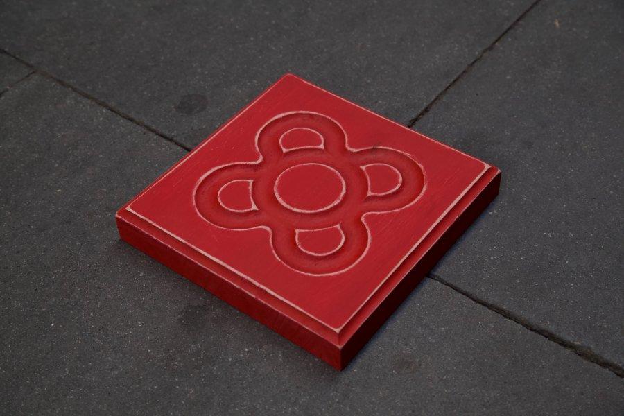 Panot flor de Barcelona en rojo en detalle en el suelo