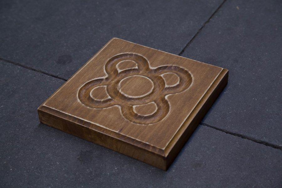 Panot flor de Barcelona en detalle en el suelo en roble oscuro