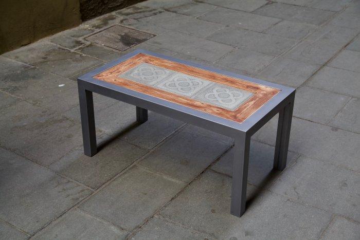 Lateral derecho superior de la mesa hecha con hierro, panot flor de barcelona y madera de palet