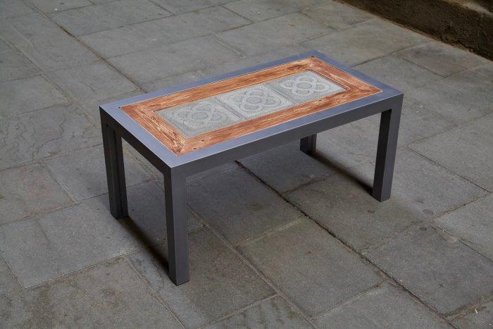 Lateral izquierdo superior de la mesa hecha con hierro, panot flor de barcelona y madera de palet