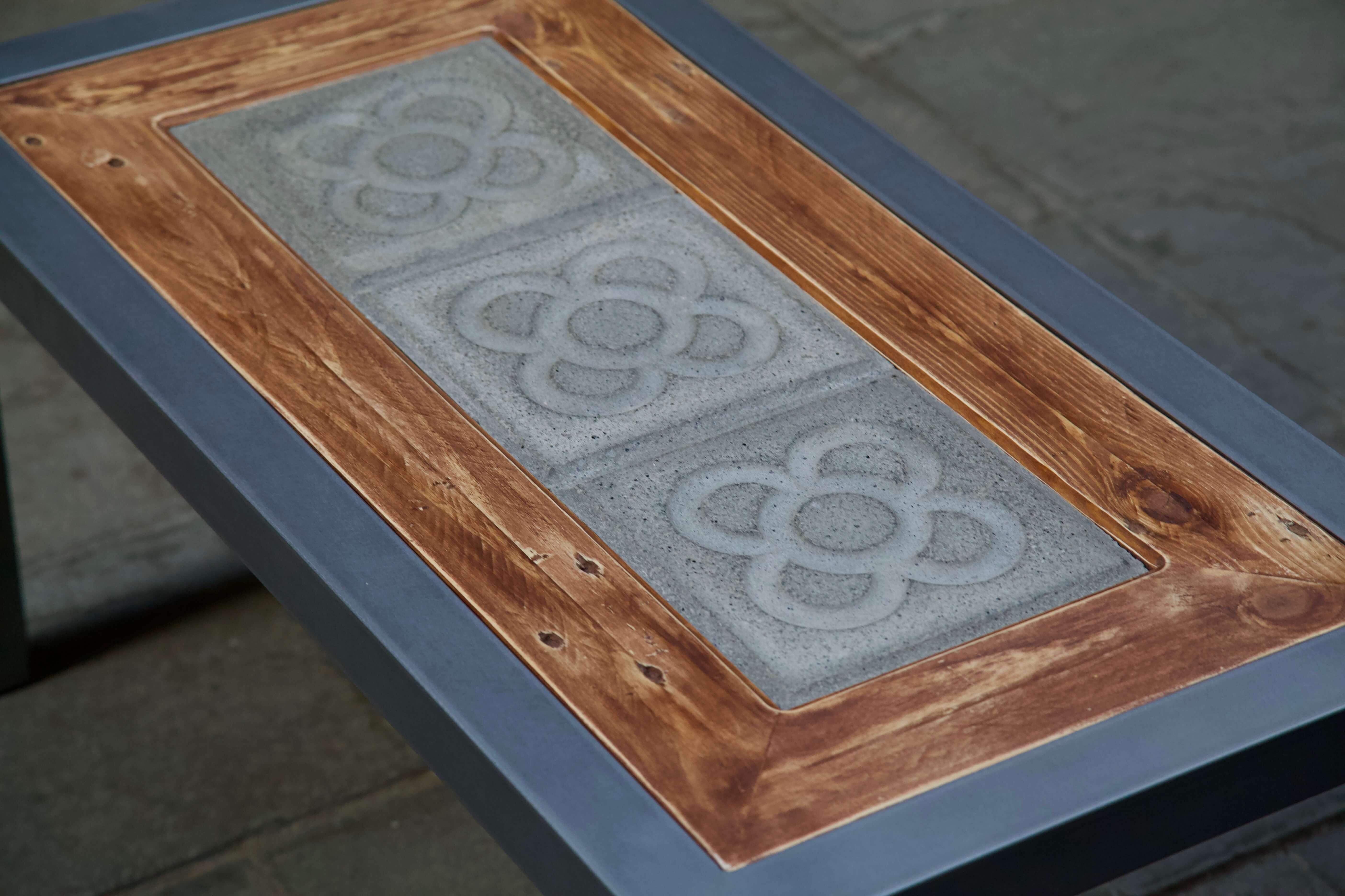 Detalle superior de la mesa hecha con hierro, panot flor de barcelona y madera de palet