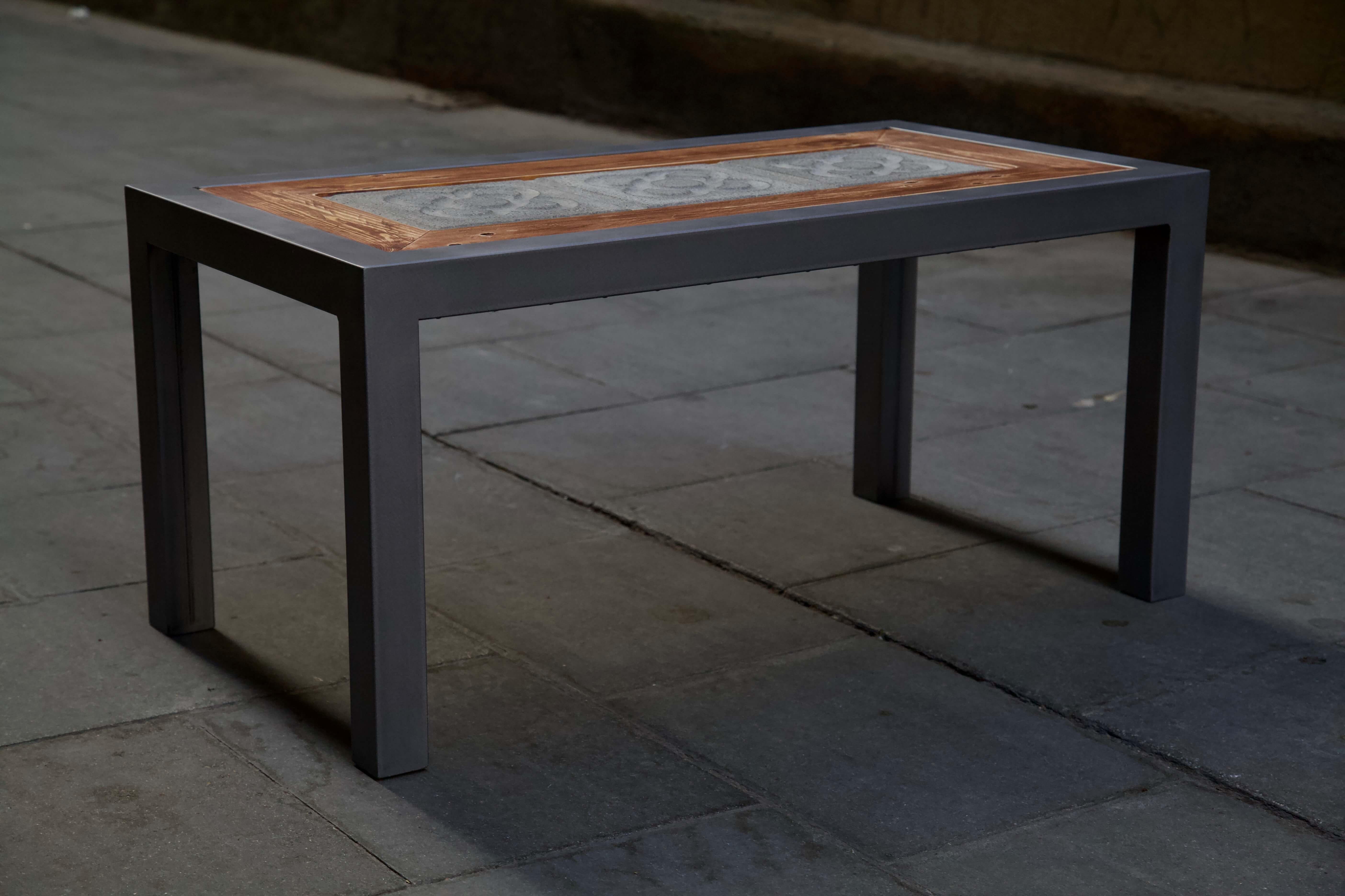 Lateral izquierdo de la mesa hecha con hierro, panot flor de barcelona y madera de palet