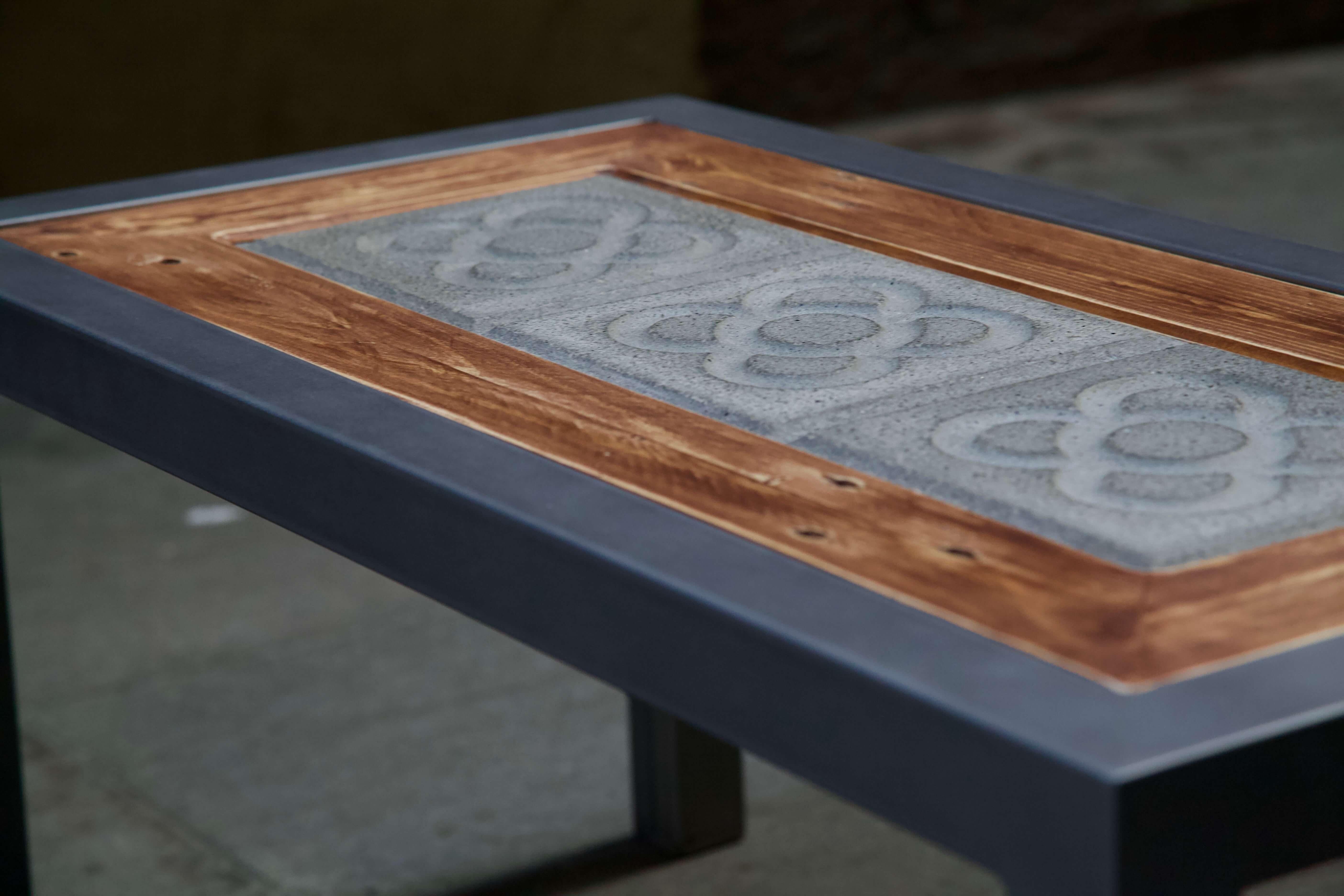 detalle del sobre de la mesa hecha con hierro, panot flor de barcelona y madera de palet