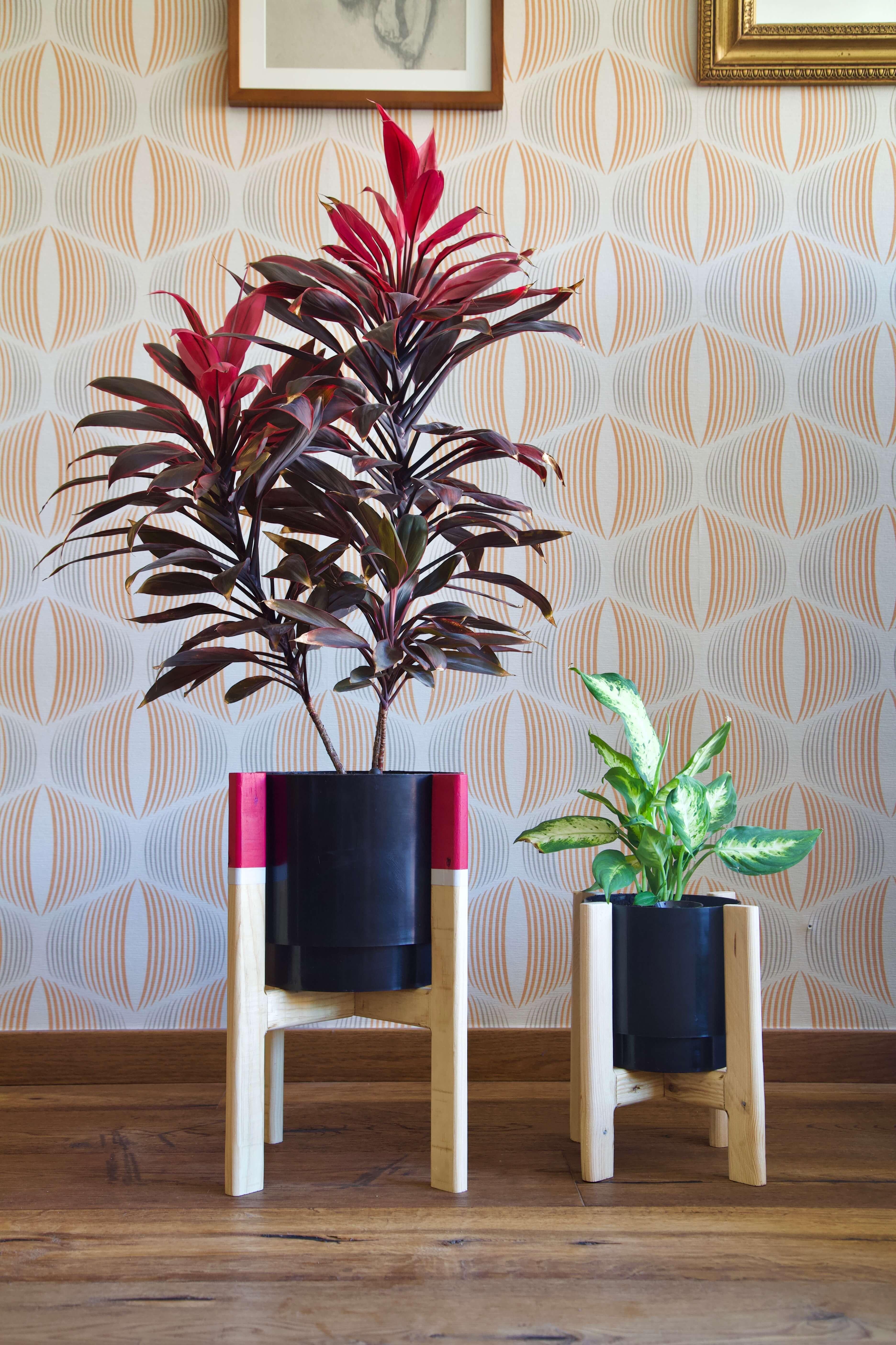 Foto completa de los dos maceteros hechos con madera de palet