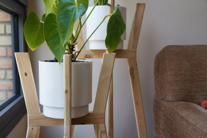 detalle lateral de los dos maceteros con ángulo hechos con madera de palet