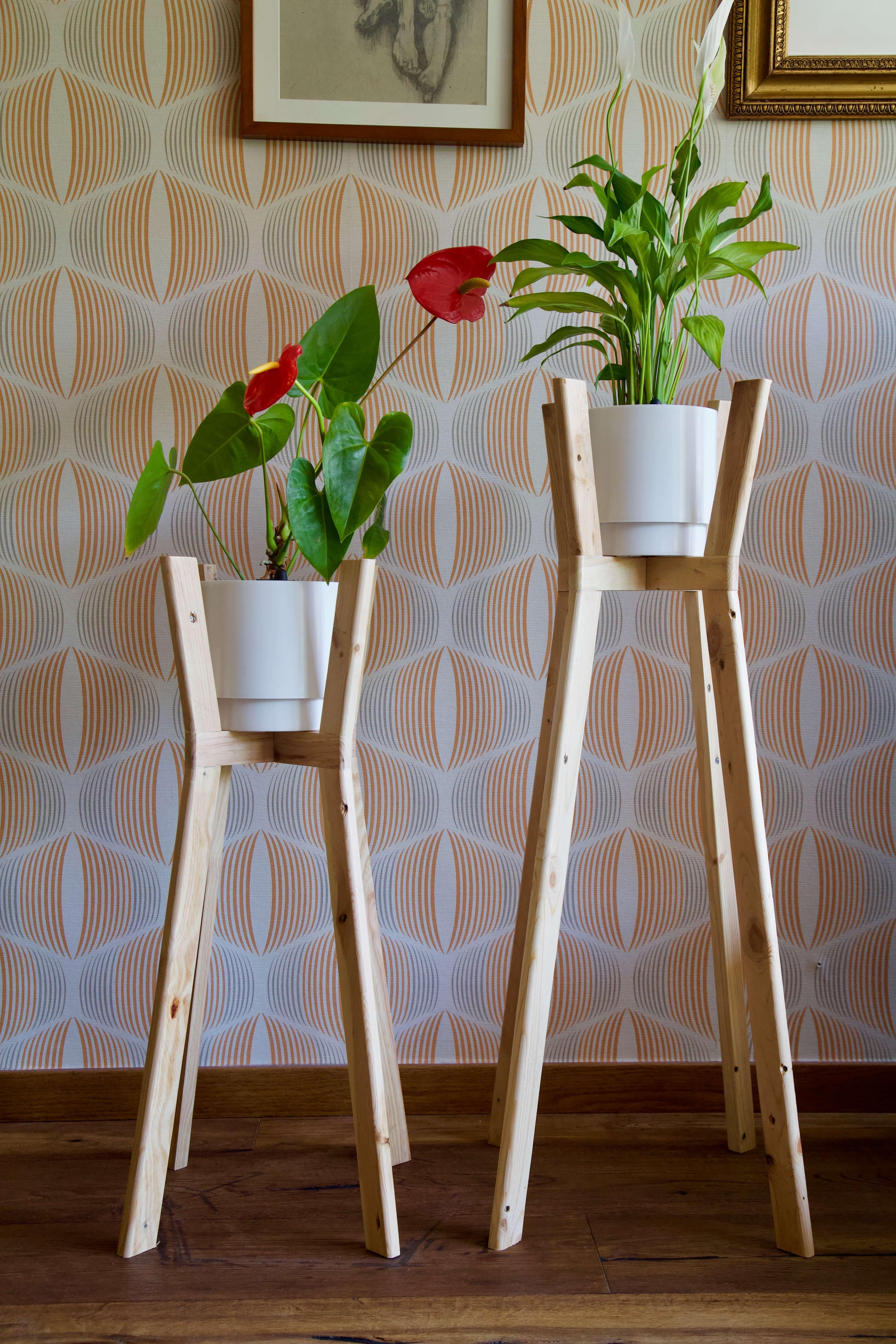 Foto completa de los dos maceteros con ángulo hechos con madera de palet