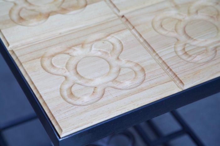 Detalle de un panot de la mesa hecha con estructura de hierro y panots flor de barcelona en madera