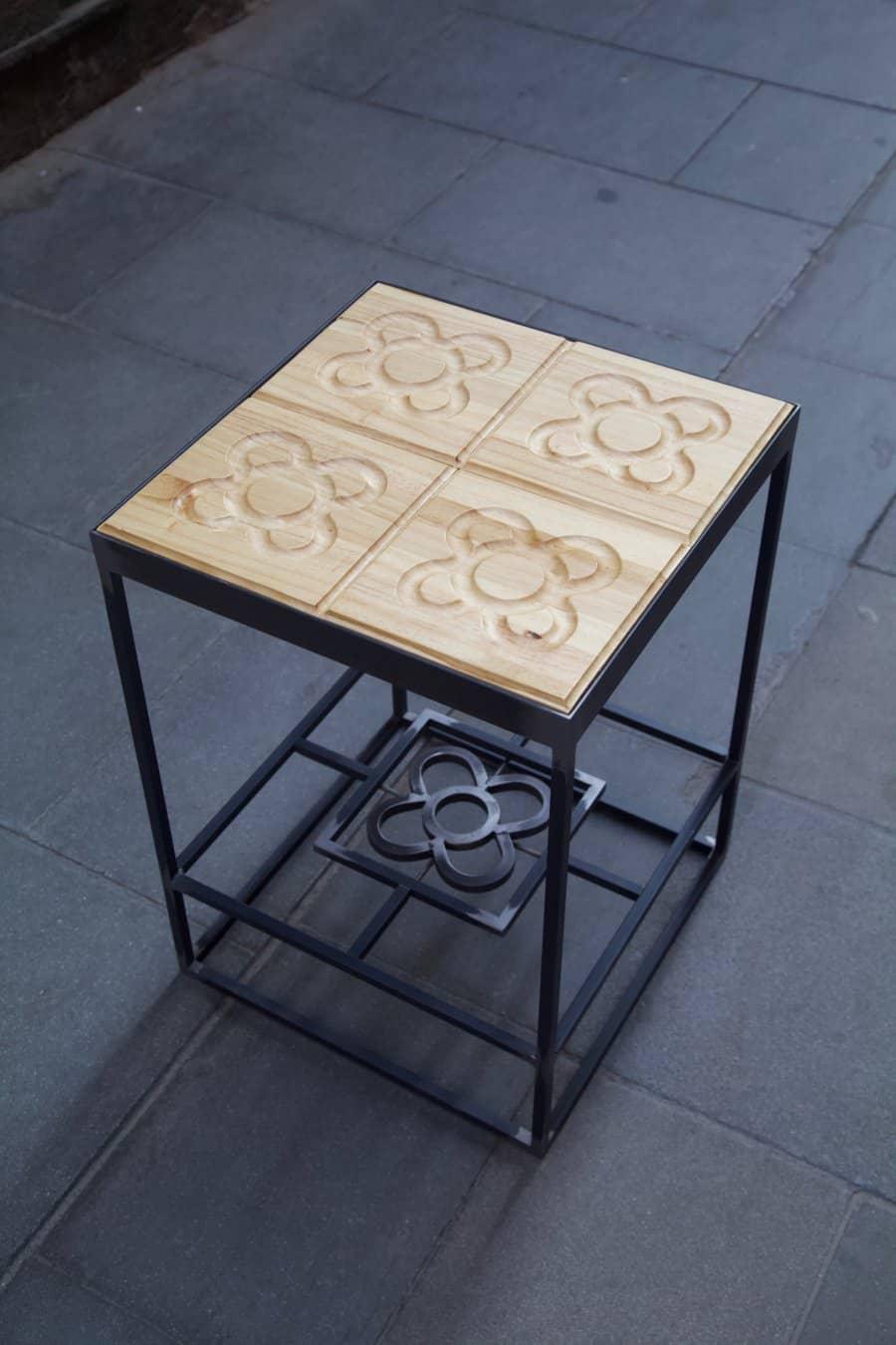 Mesa hecha con estructura de hierro y panots flor de barcelona en madera desde arriba