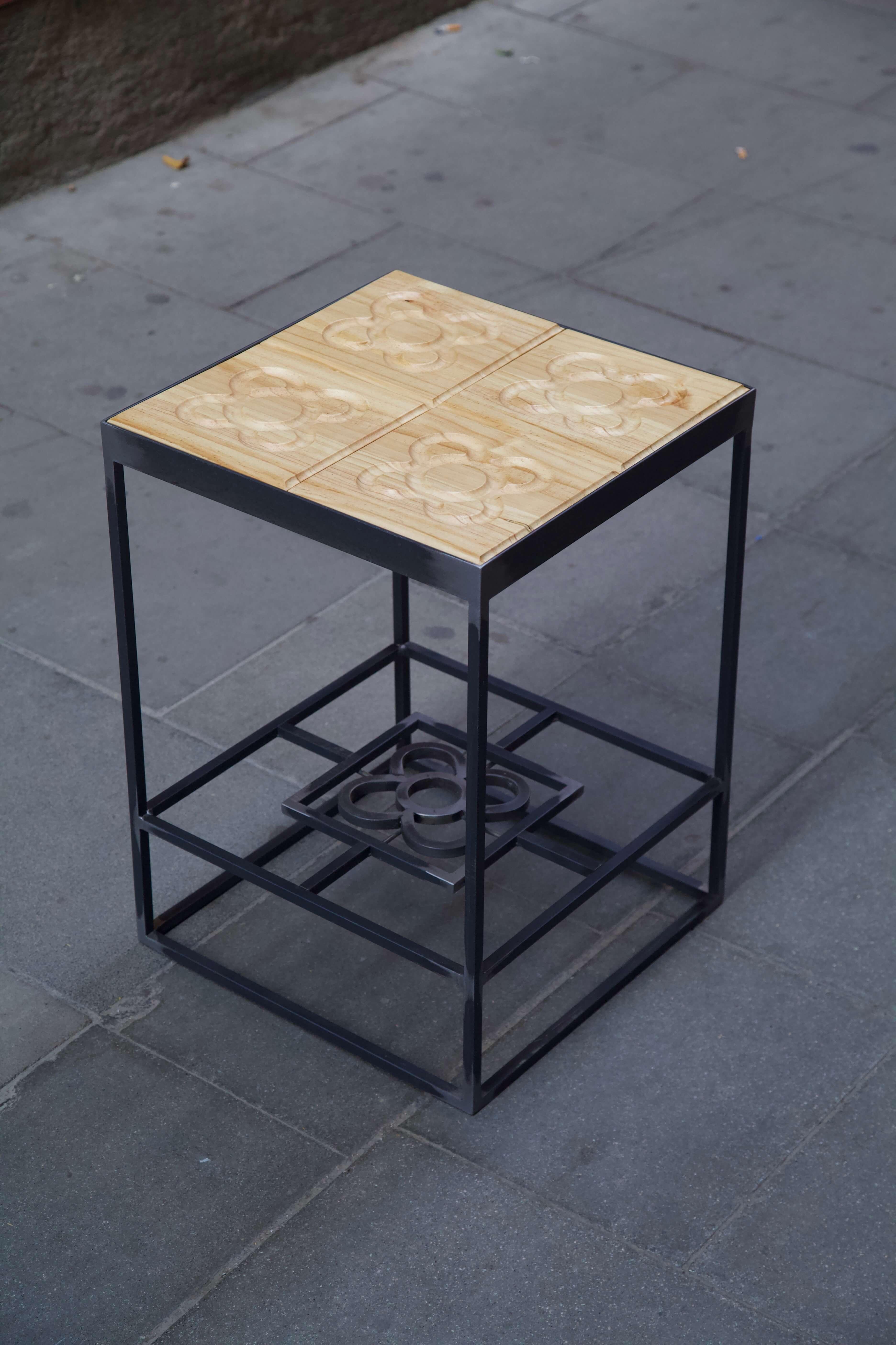 Mesa hecha con estructura de hierro y panots flor de barcelona en madera desde arriba en diagonal