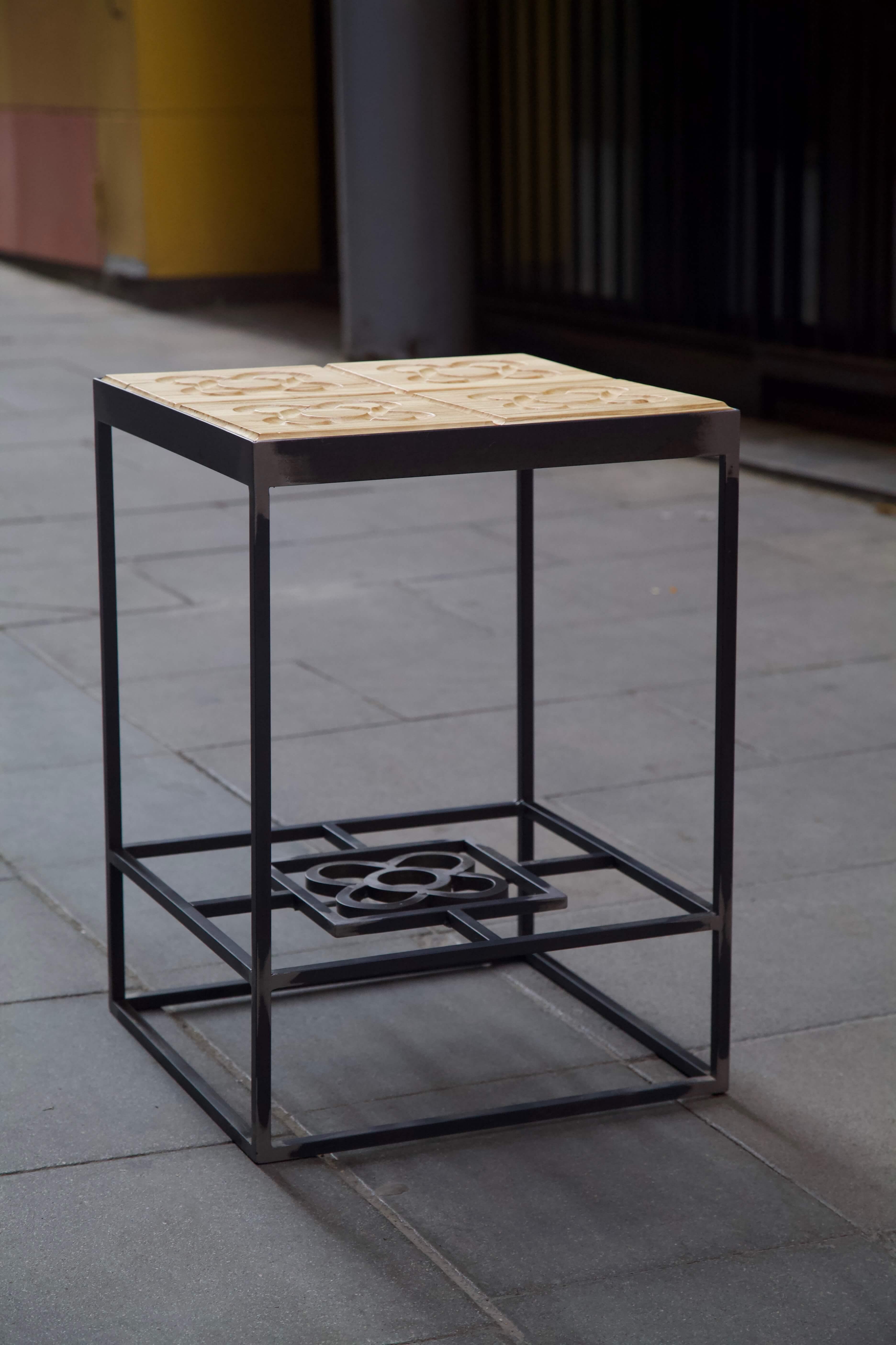 Mesa hecha con estructura de hierro y panots flor de barcelona en madera