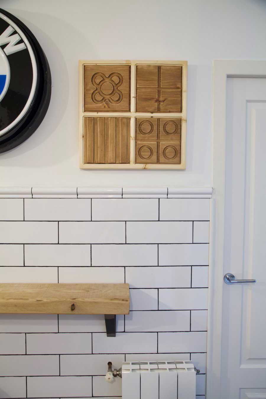 Cuadro con panots de Barcelona en pared de cocina
